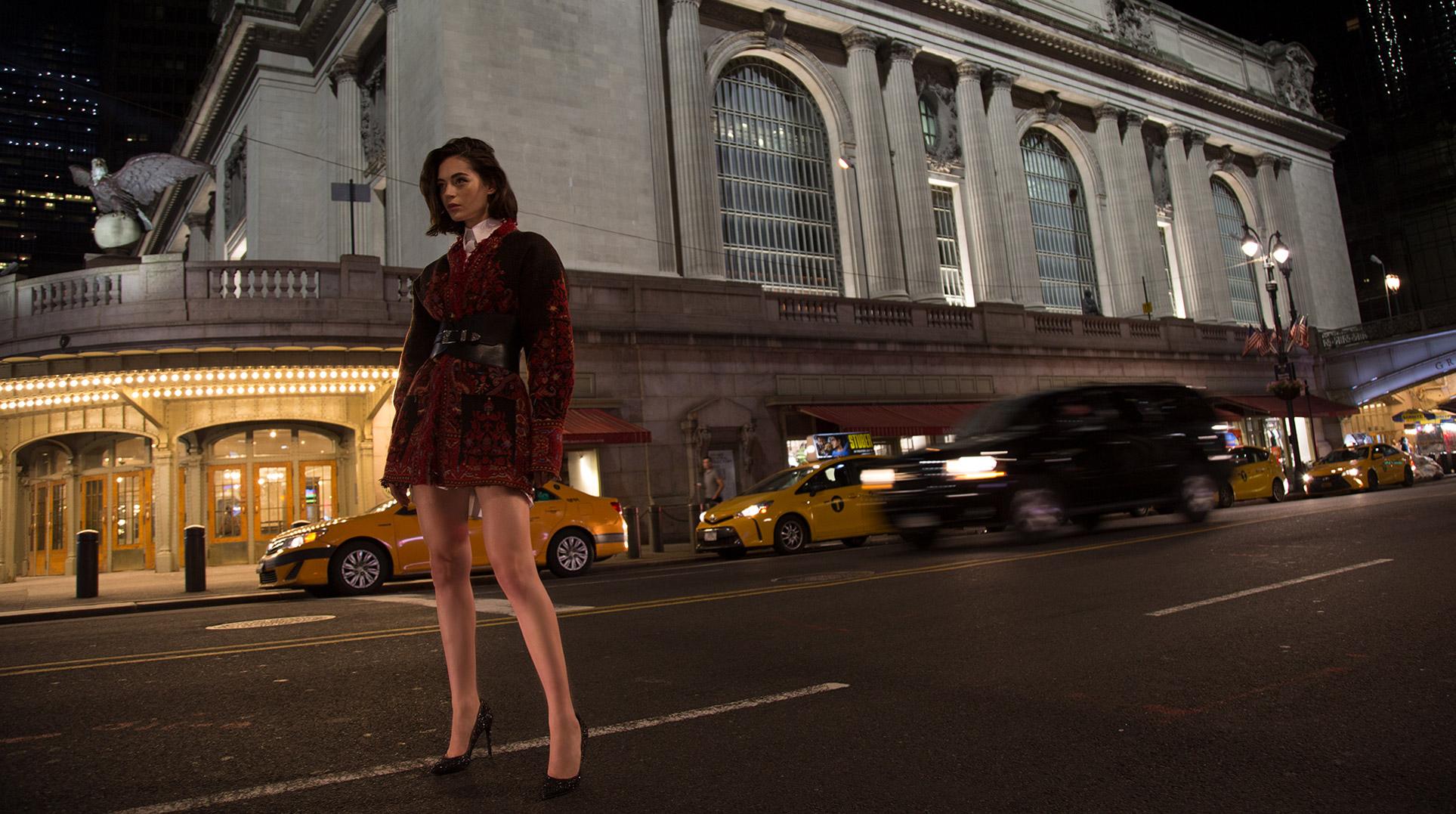 Девушка гуляет по ночному Нью-Йорку / фото 14