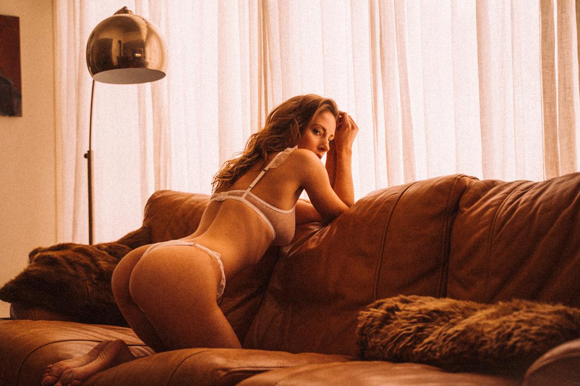 мечтающая девушка в кружевном нижнем белье / фото 18
