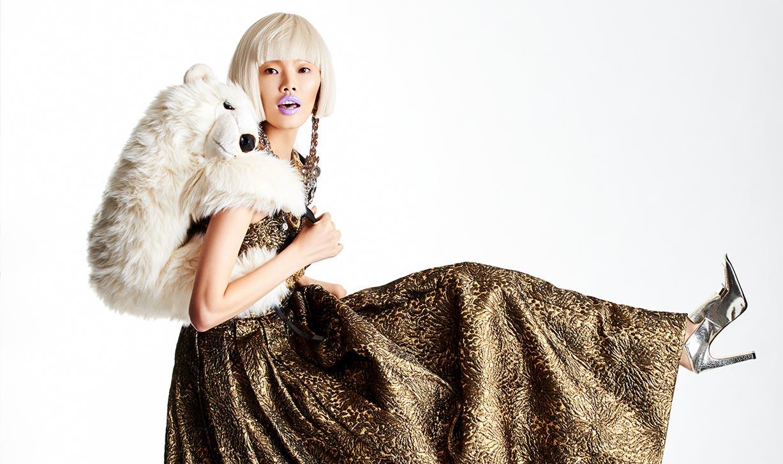 Модная азиатская девушка готовится к встрече Нового года