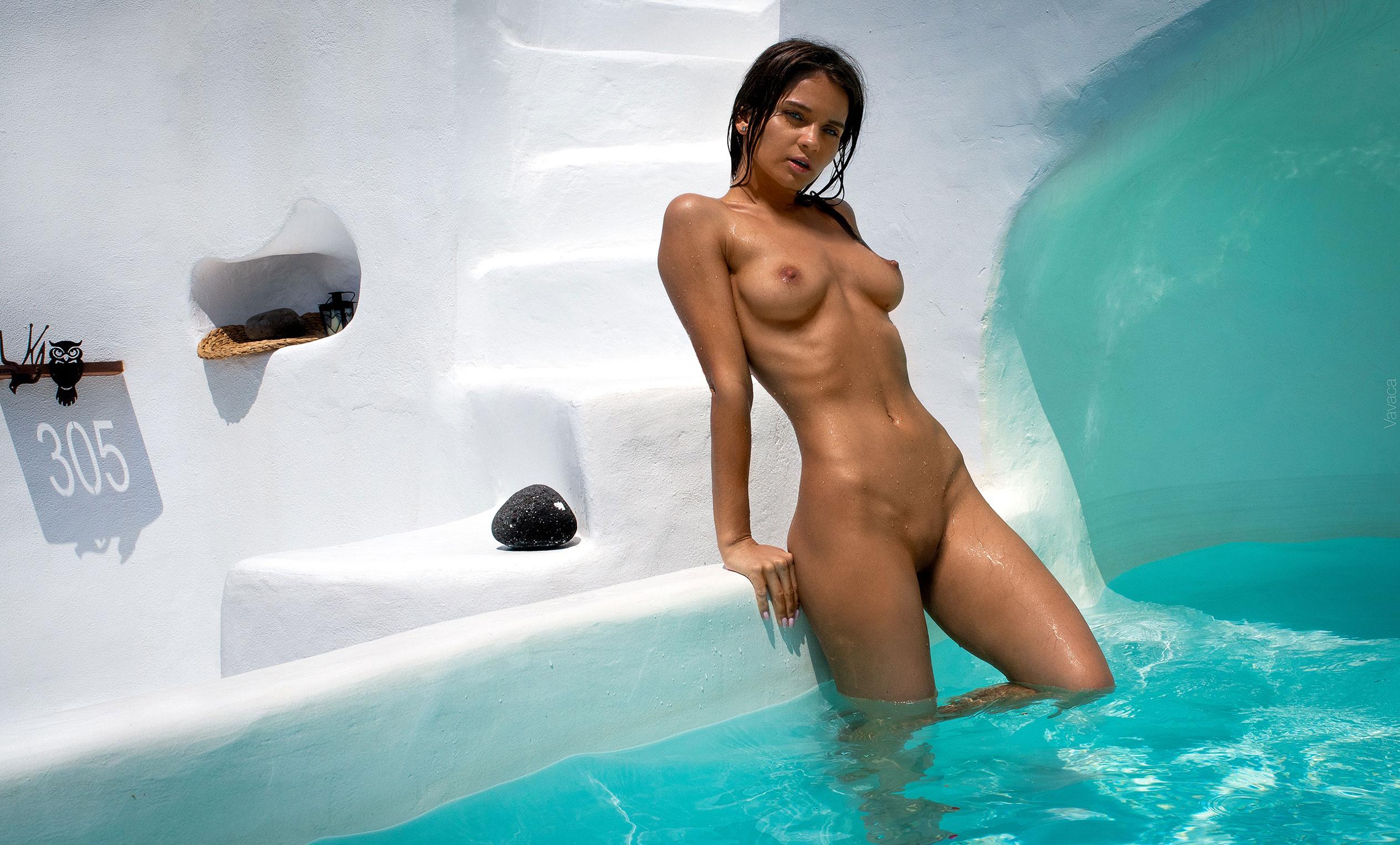 голая Кристина Макарова в бассейне над островом Санторини / фото 12