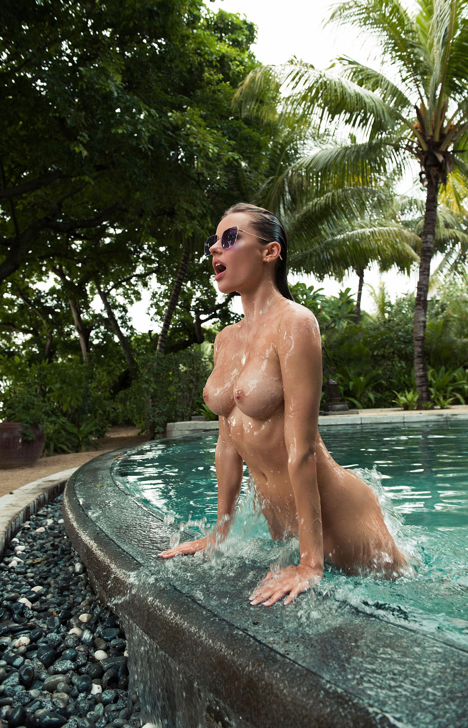 голая Ольга де Мар в бассейне / фото 09