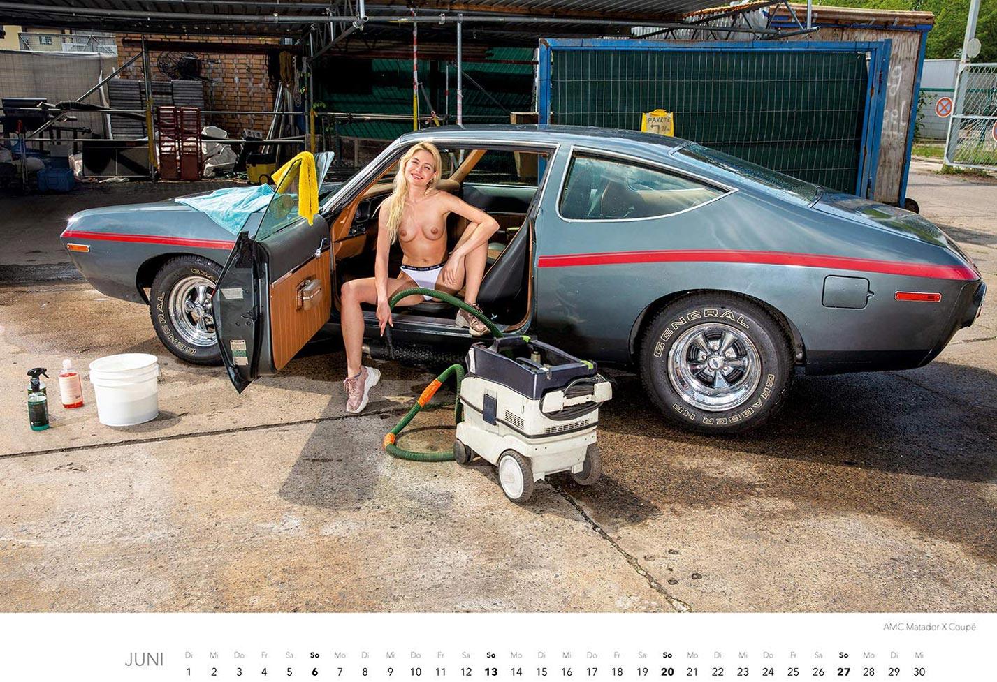 Эротический календарь с сексуальными полуголыми девушками, моющими машины / июнь