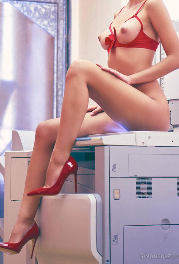 голая Наташа Удовенко сидит на ксероксе в немецком офисе / фото 05