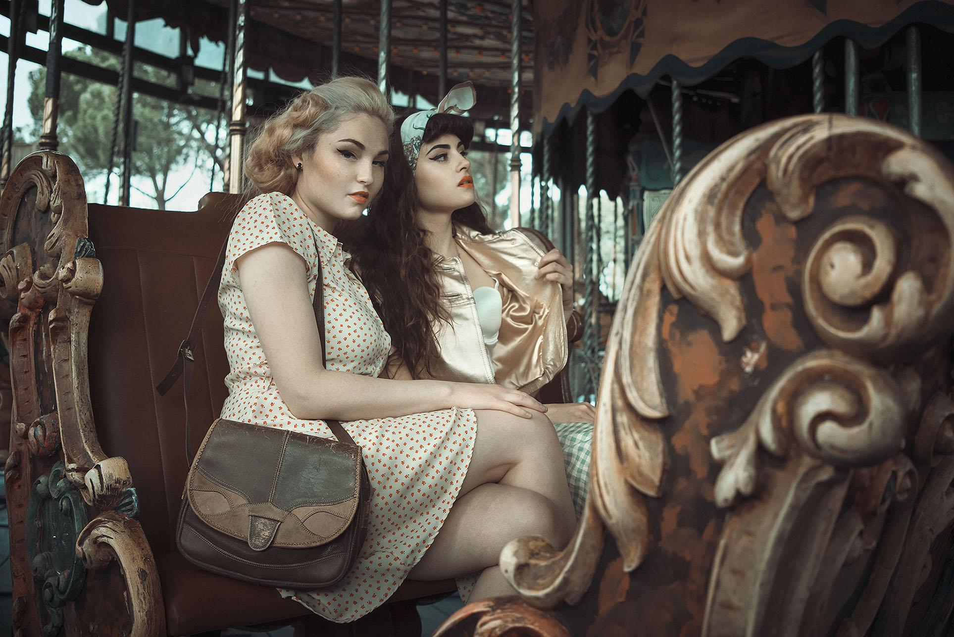 Девушки отдыхают в парке развлечений в стиле 1950-х годов / фото 06