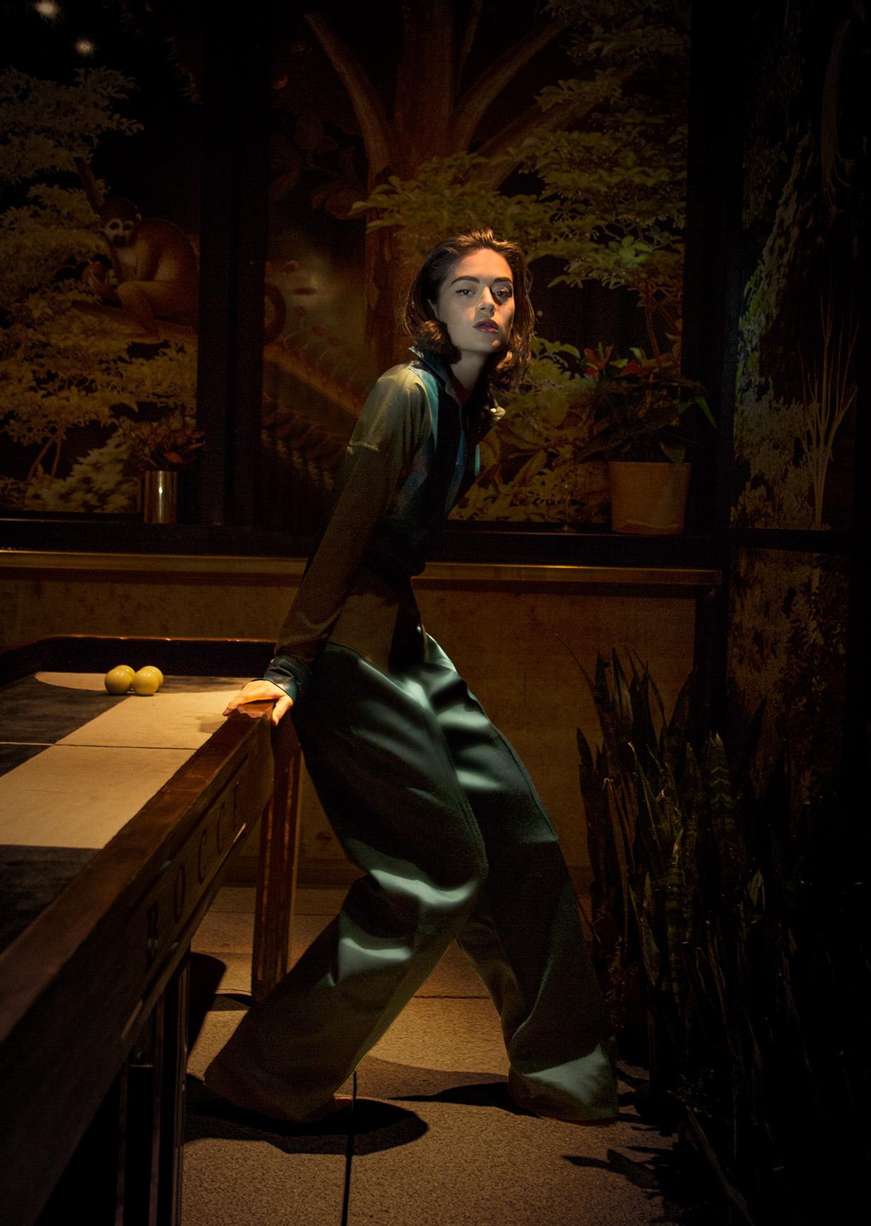 Девушка гуляет по ночному Нью-Йорку / фото 08