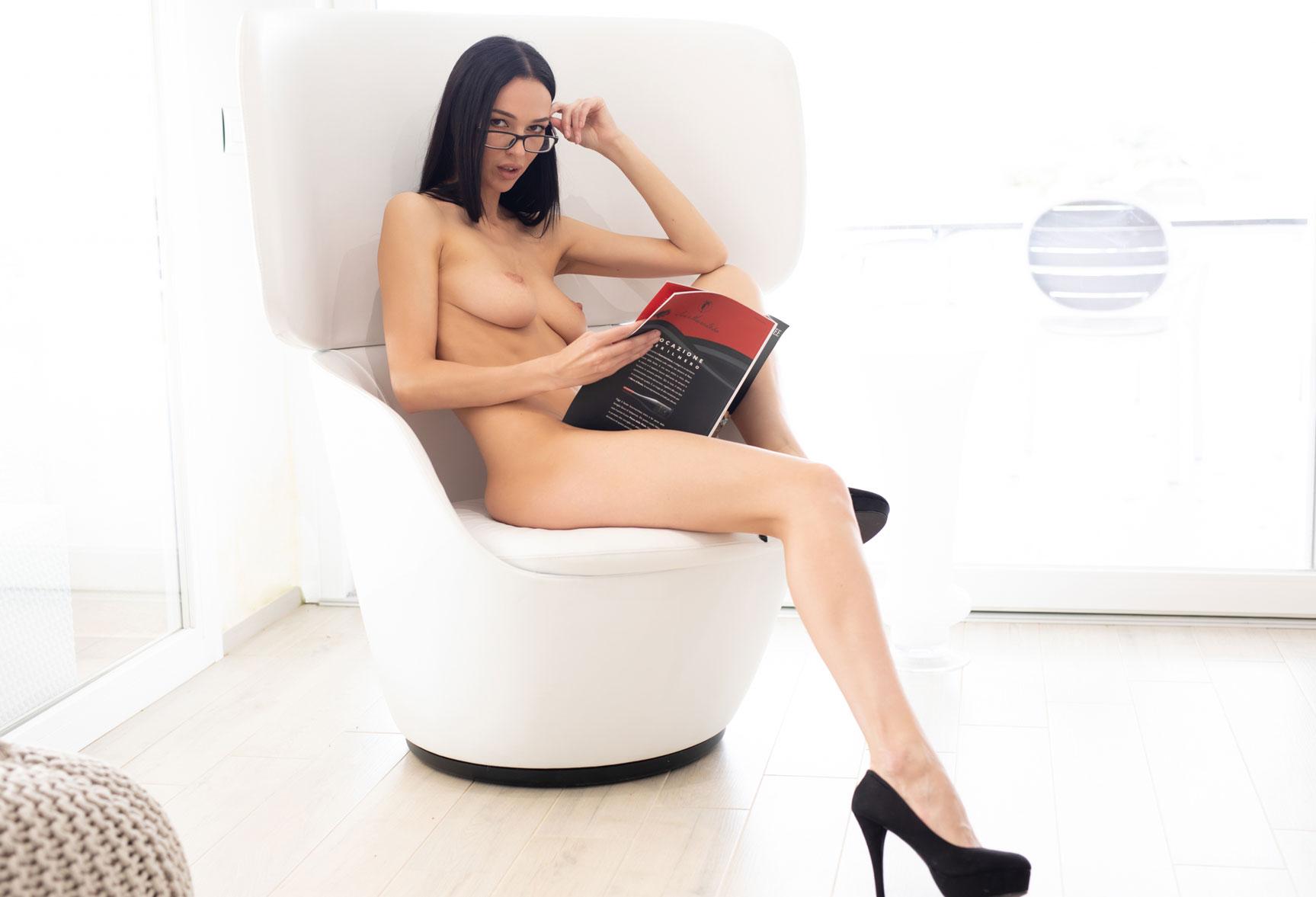 Чтение и другие радости сексуальной девушки / Анастасия Марципанова, фотограф Филиппо Сано / фото 19
