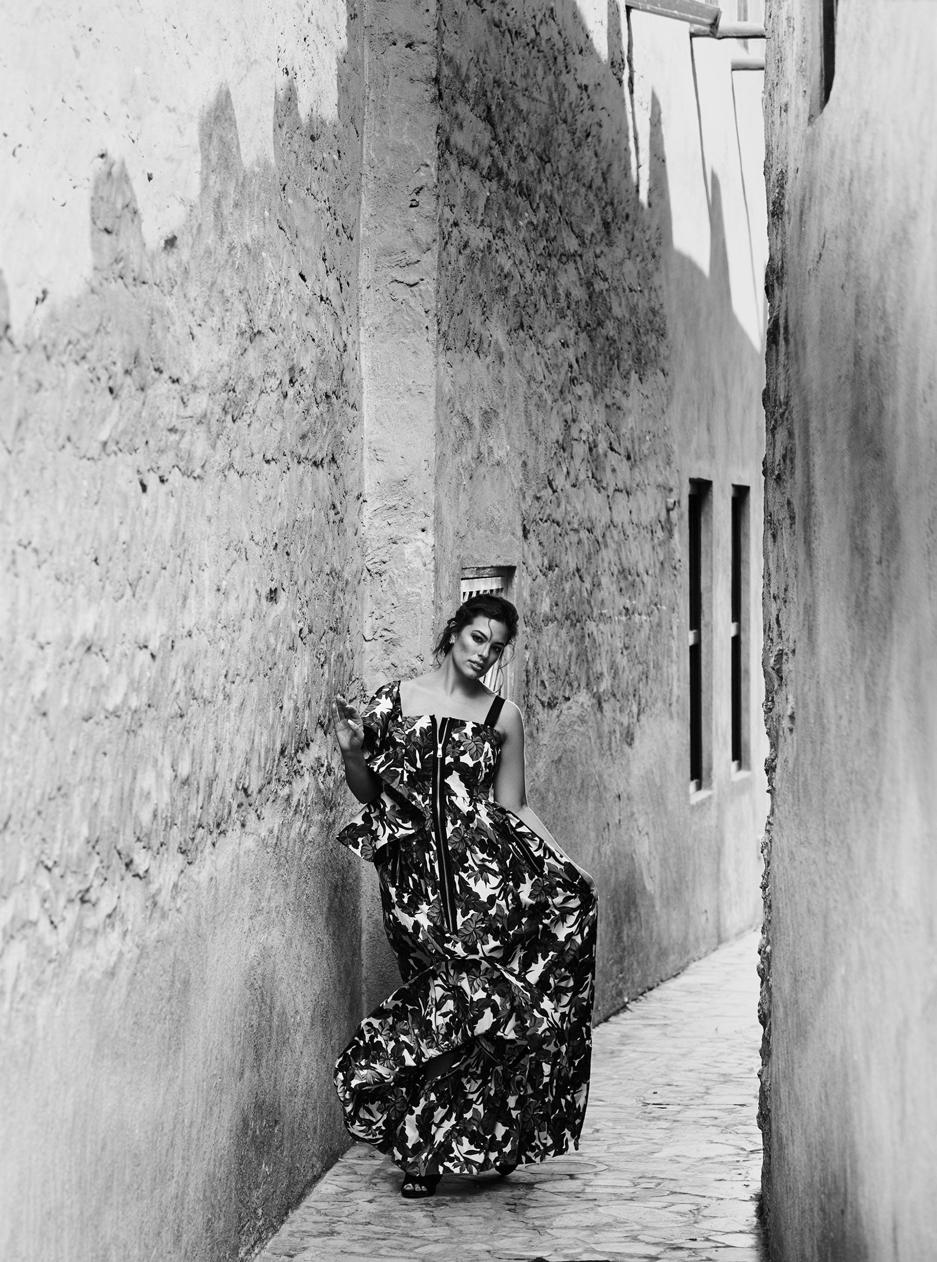 Эшли Грэм гуляет по старому городу в Дубае / фото 02