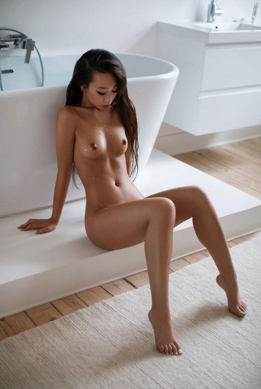 голая азиатская девушка в ванной / фото 03