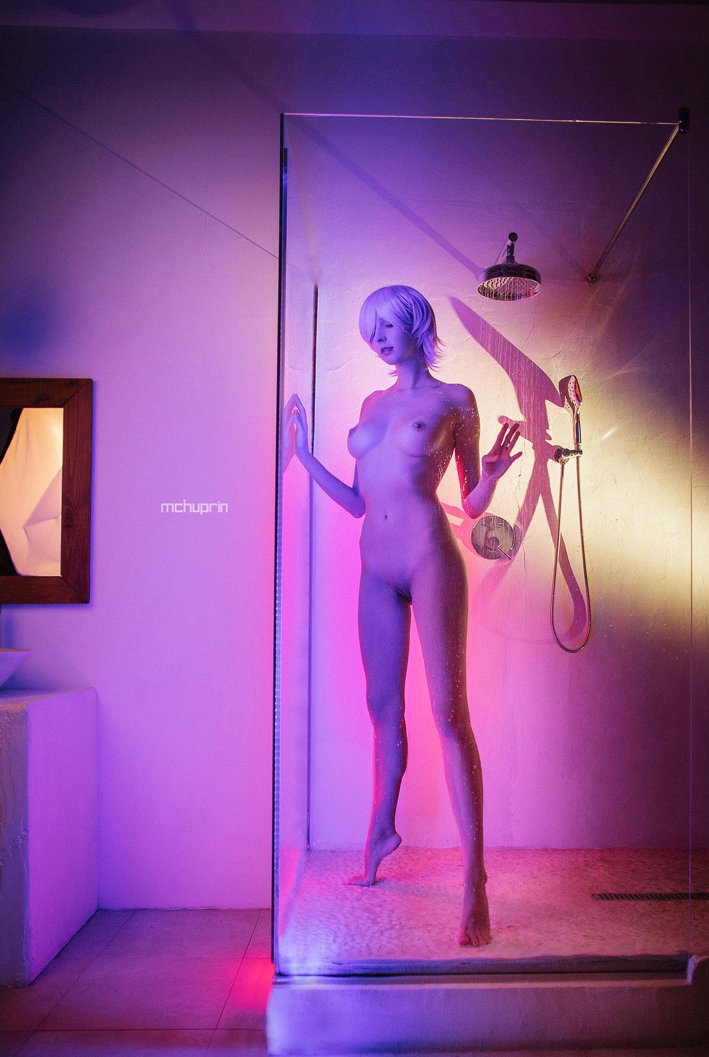 Катерина Райх принимает душ в пурпурных тонах / фото 01