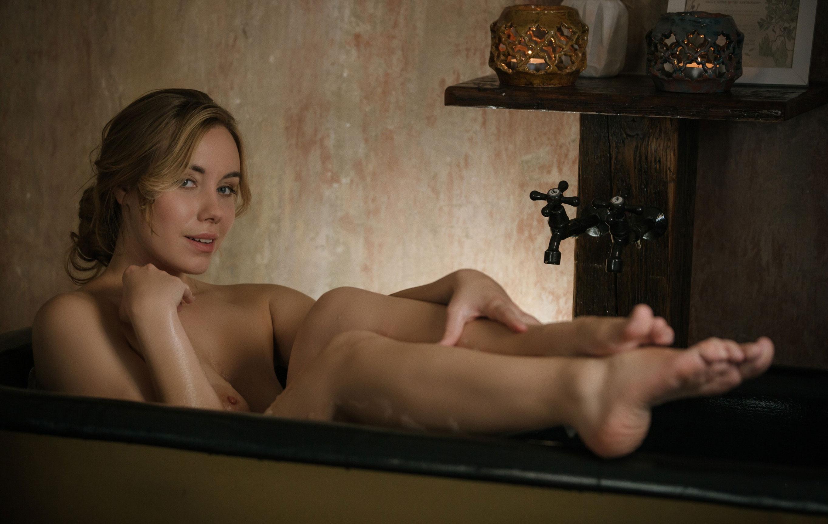 голая Стефани Ковалева принимает ванну / фото 01