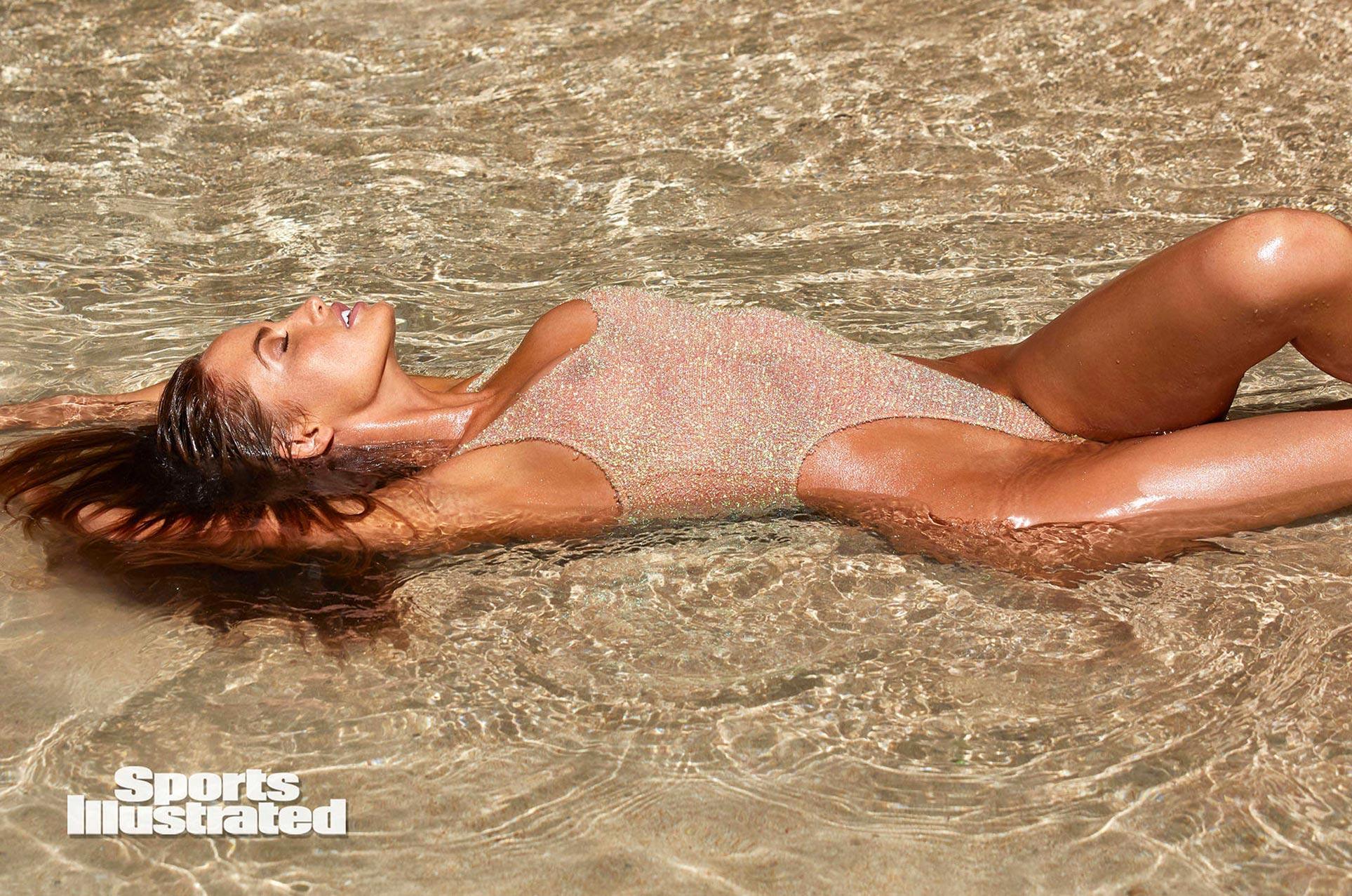Хейли Калил в каталоге купальников Sports Illustrated Swimsuit 2020 / фото 17