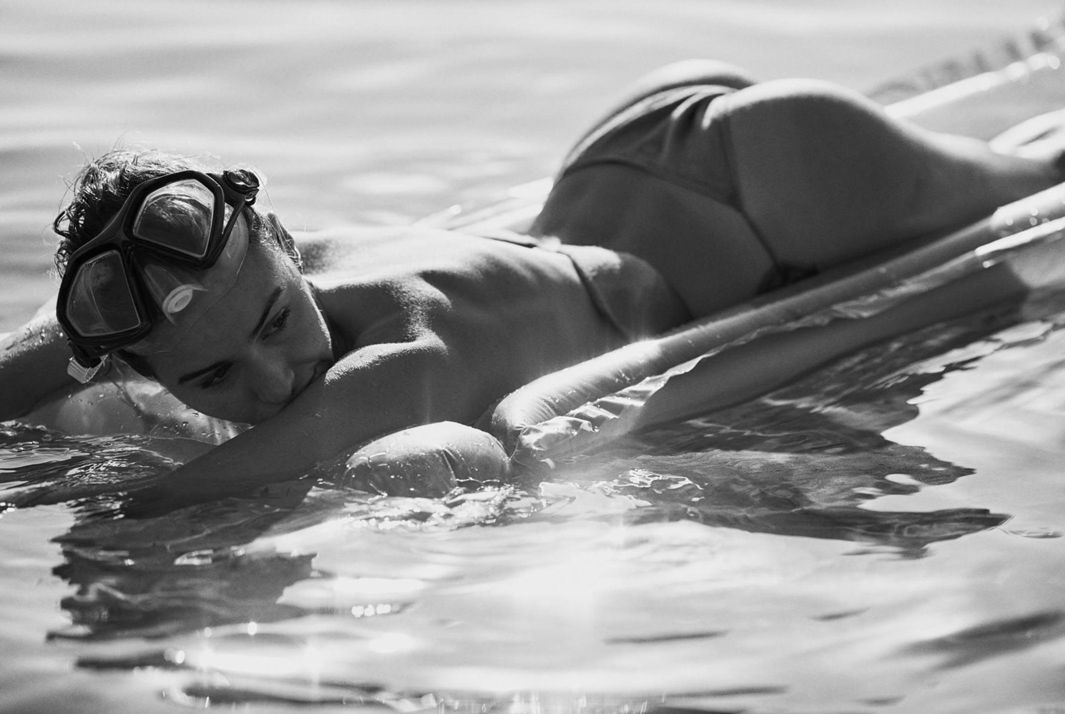 Девушка развлекается на пляже / фото 17