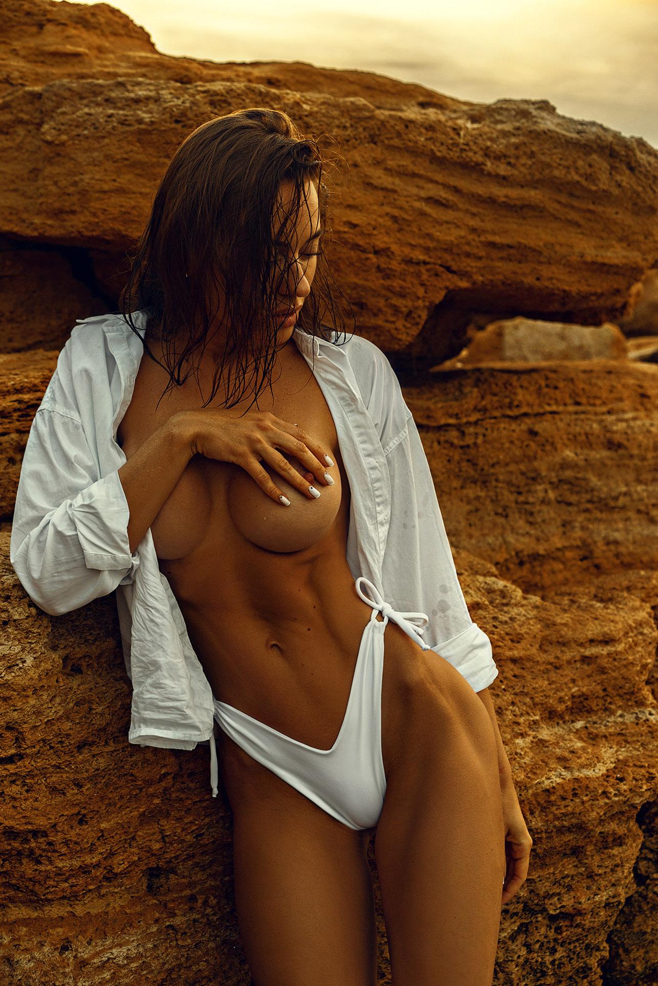 Утро на пляже с сексуальной полуголой красавицей / фото 01