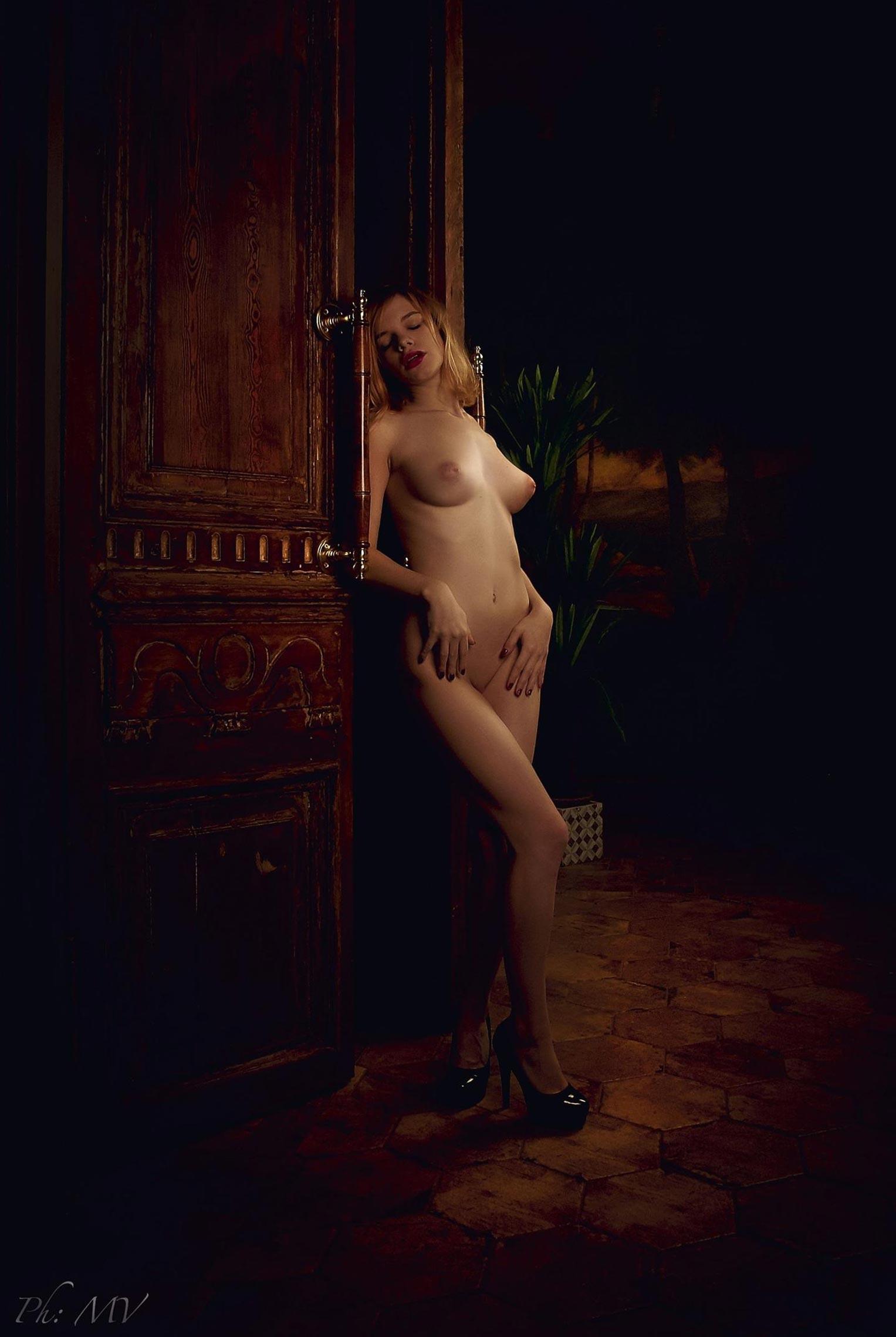 голая Мария Зайцева в старом профессорском доме / фото 09