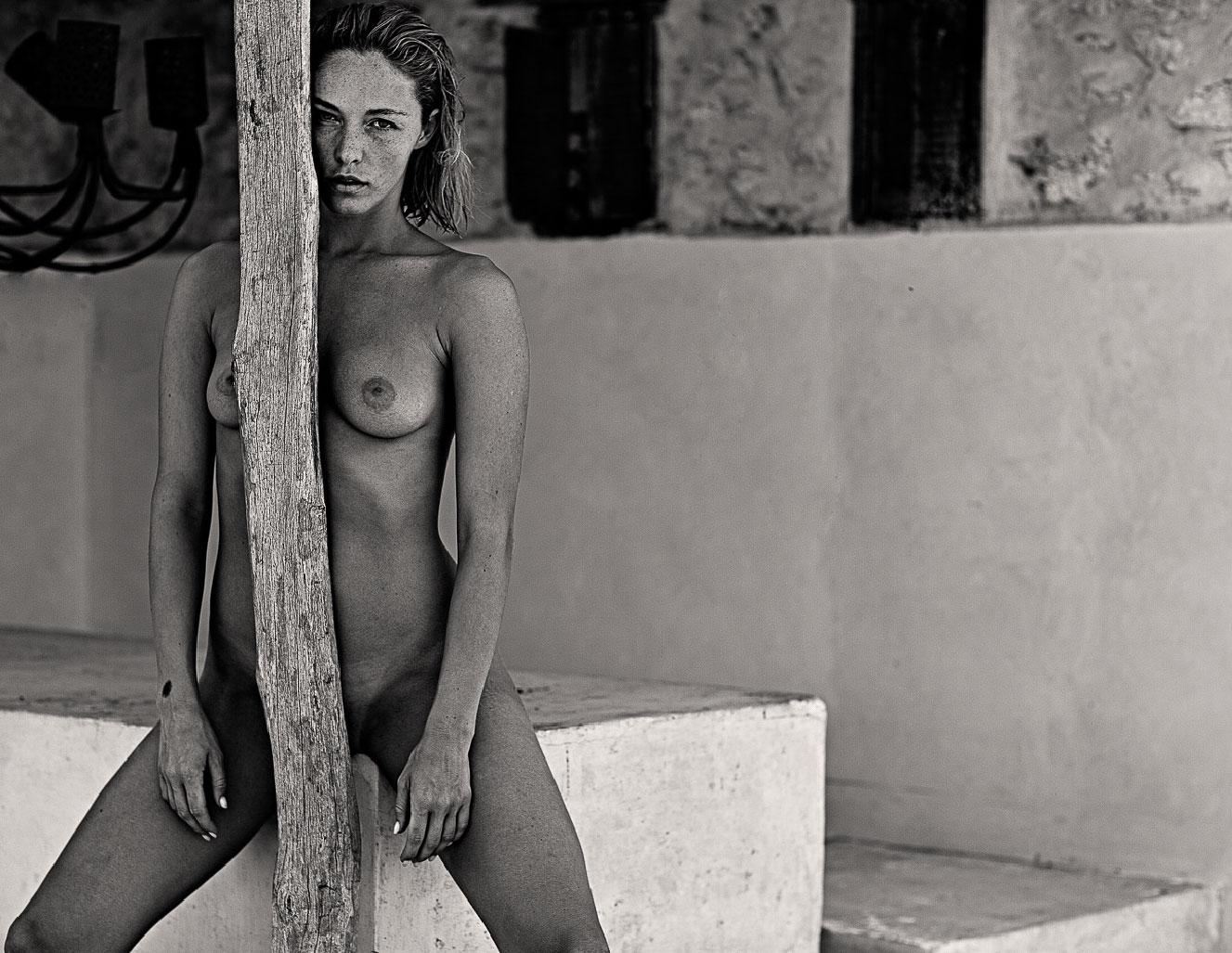 голая Виктория отдыхает у бассейна / фото 08