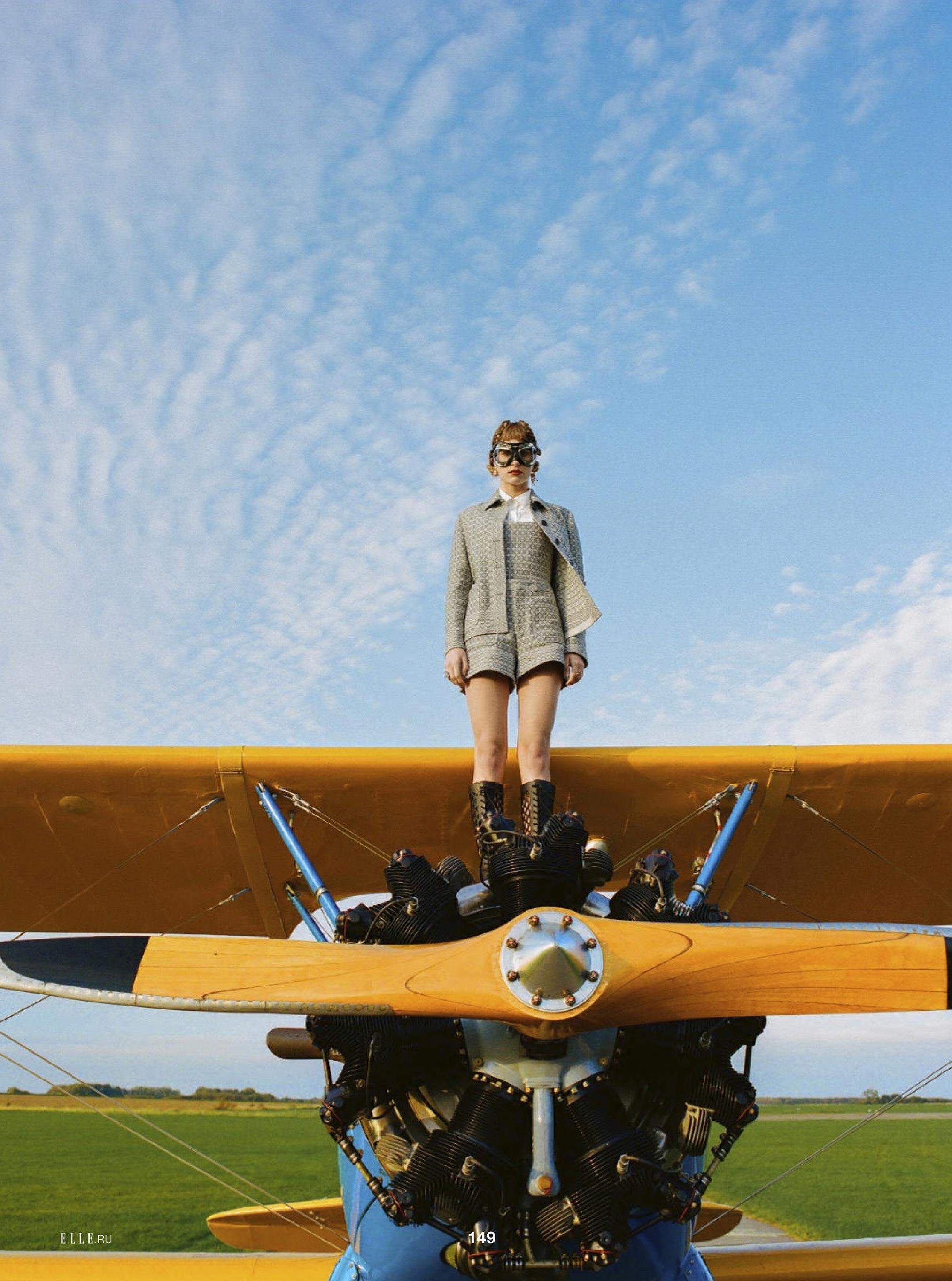 Лолита Гонсалес на крыле самолета / фото 05