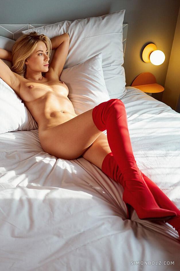 Голая и сексуальная Даша Литвин в шикарных красных сапогах / фото 03
