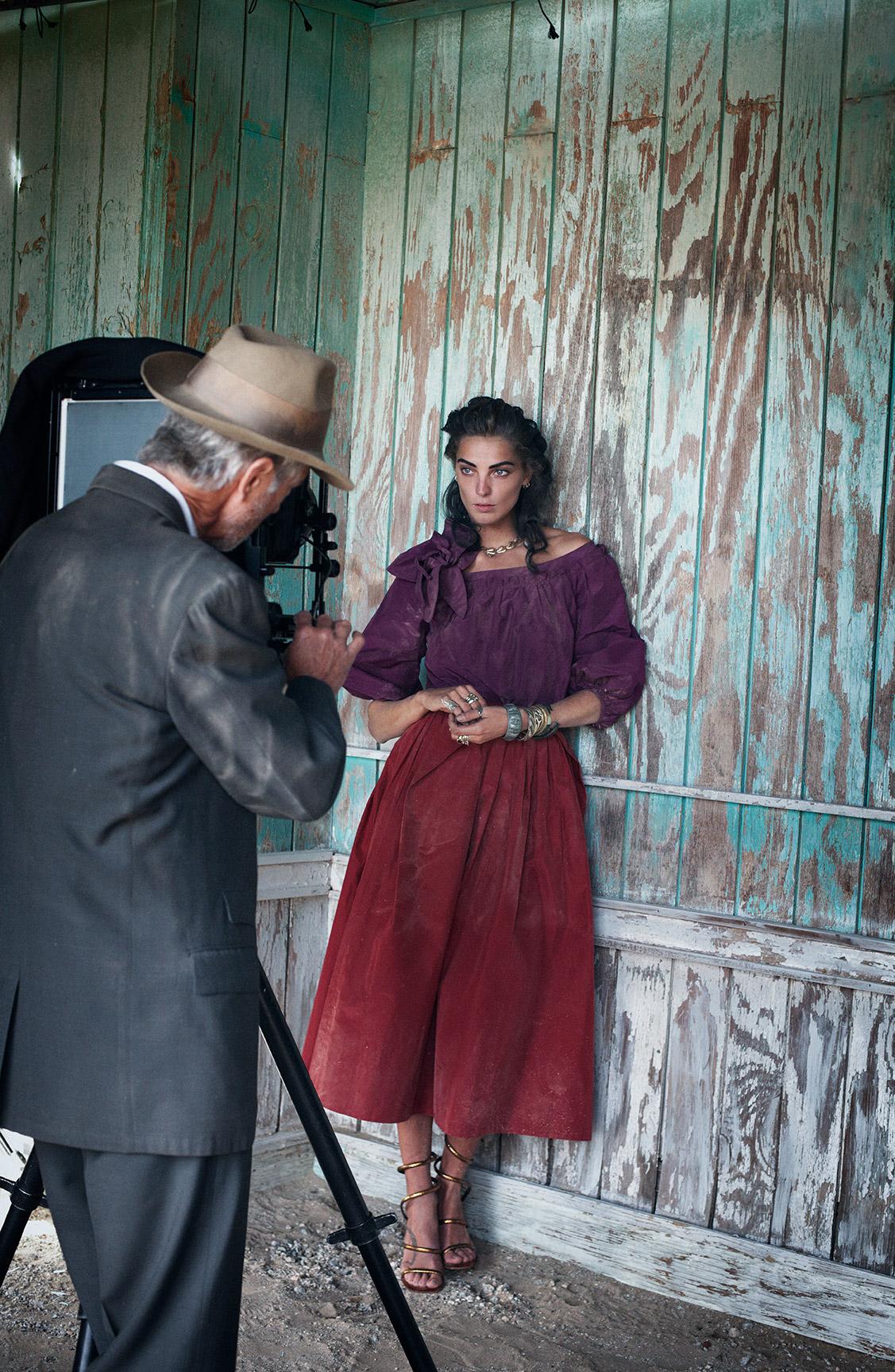 Дарья Вербовы и Дэвид Стрэтэйрн в заброшенном поселке / фотограф Питер Линдберг / фото 10