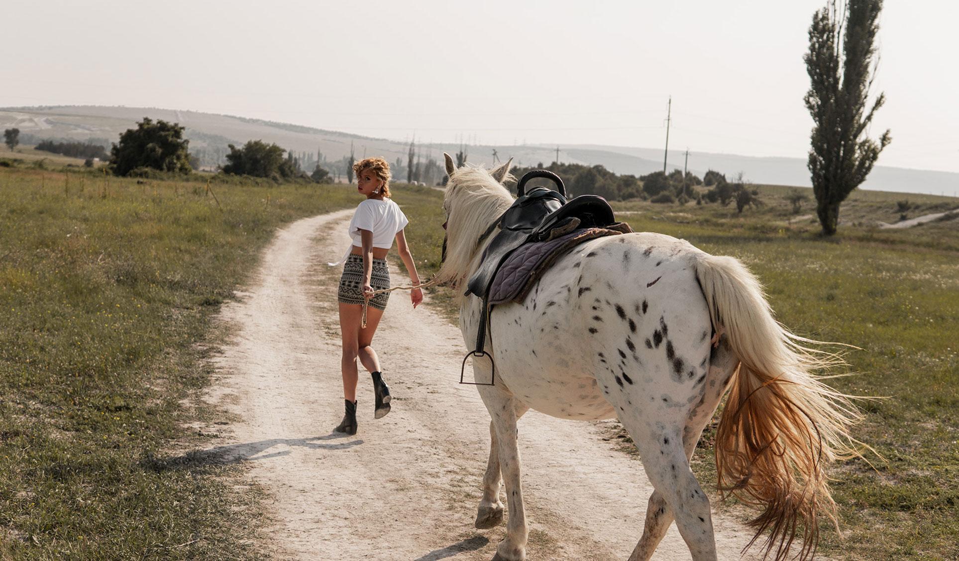 Девушка и лошадь / Даша Степанова в журнале Picton / фото 01