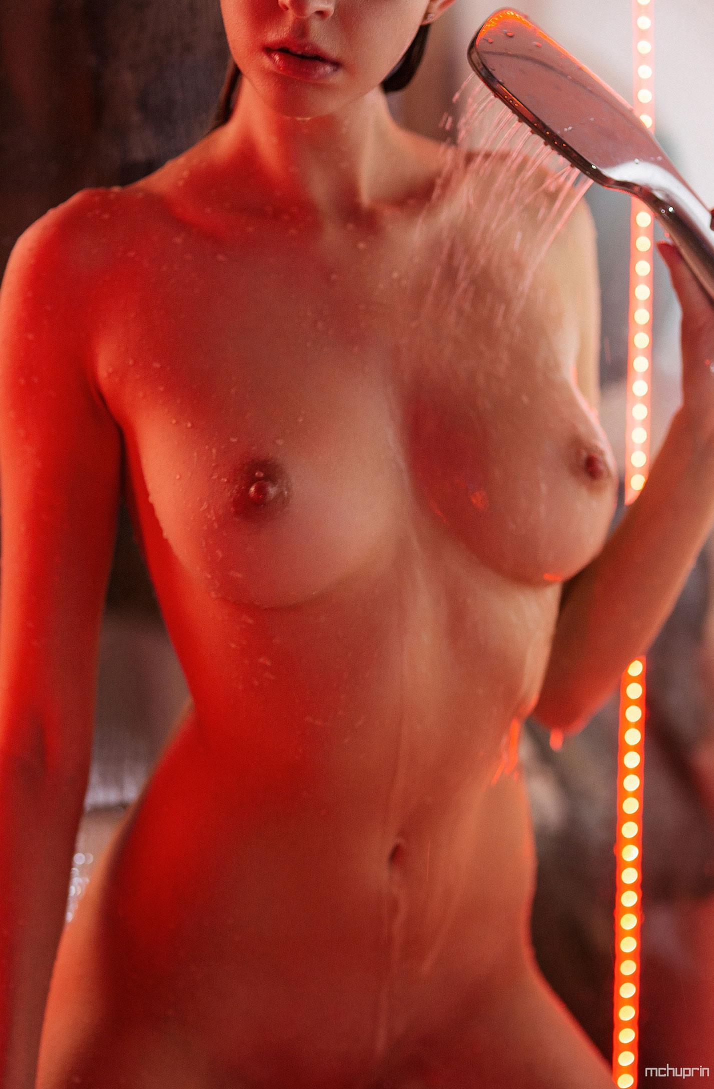 Катерина Райх принимает душ, под светом красных ламп / фото 13