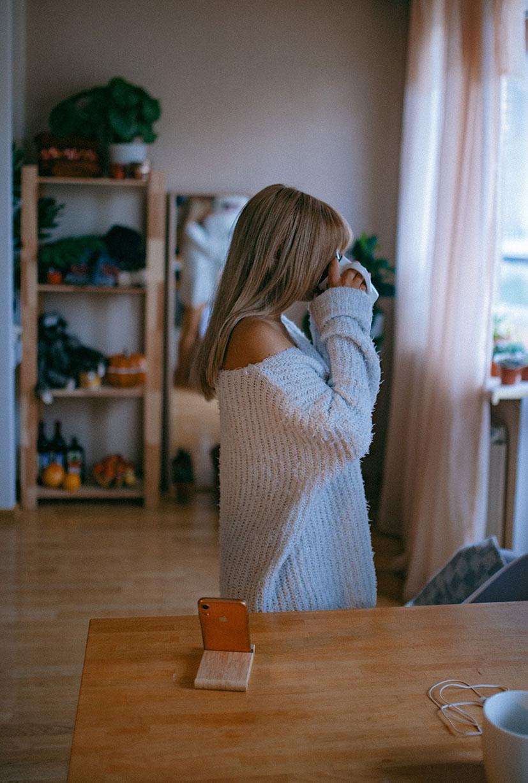 красивая девушка скучает дома одна / фото 09