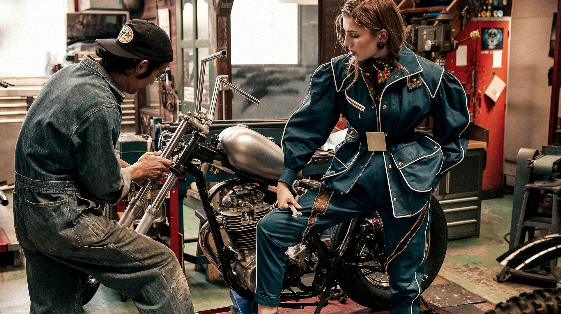 Сабина Лобова демонстрирует модные новинки Louis Vuitton в гараже мотоциклетного магазина в Токио / фото 01