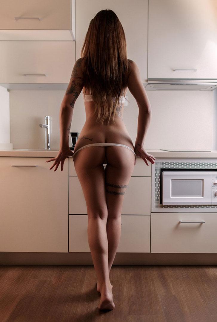 голая Нина на кухне учится готовить / фото 09