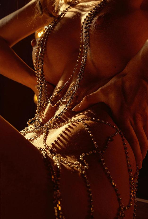 Сексуальная голая девушка в драгоценных цепях / фото 19