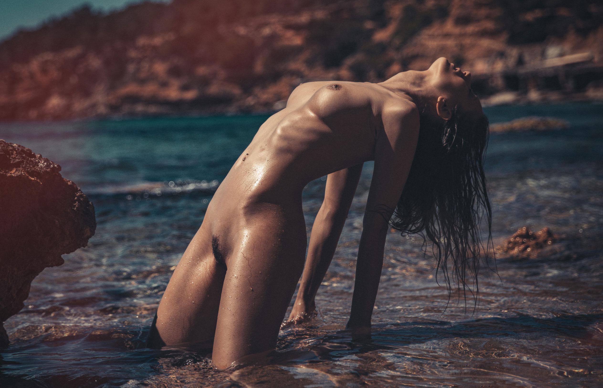 голая девушка на диком пляже на Ибице / фото 10