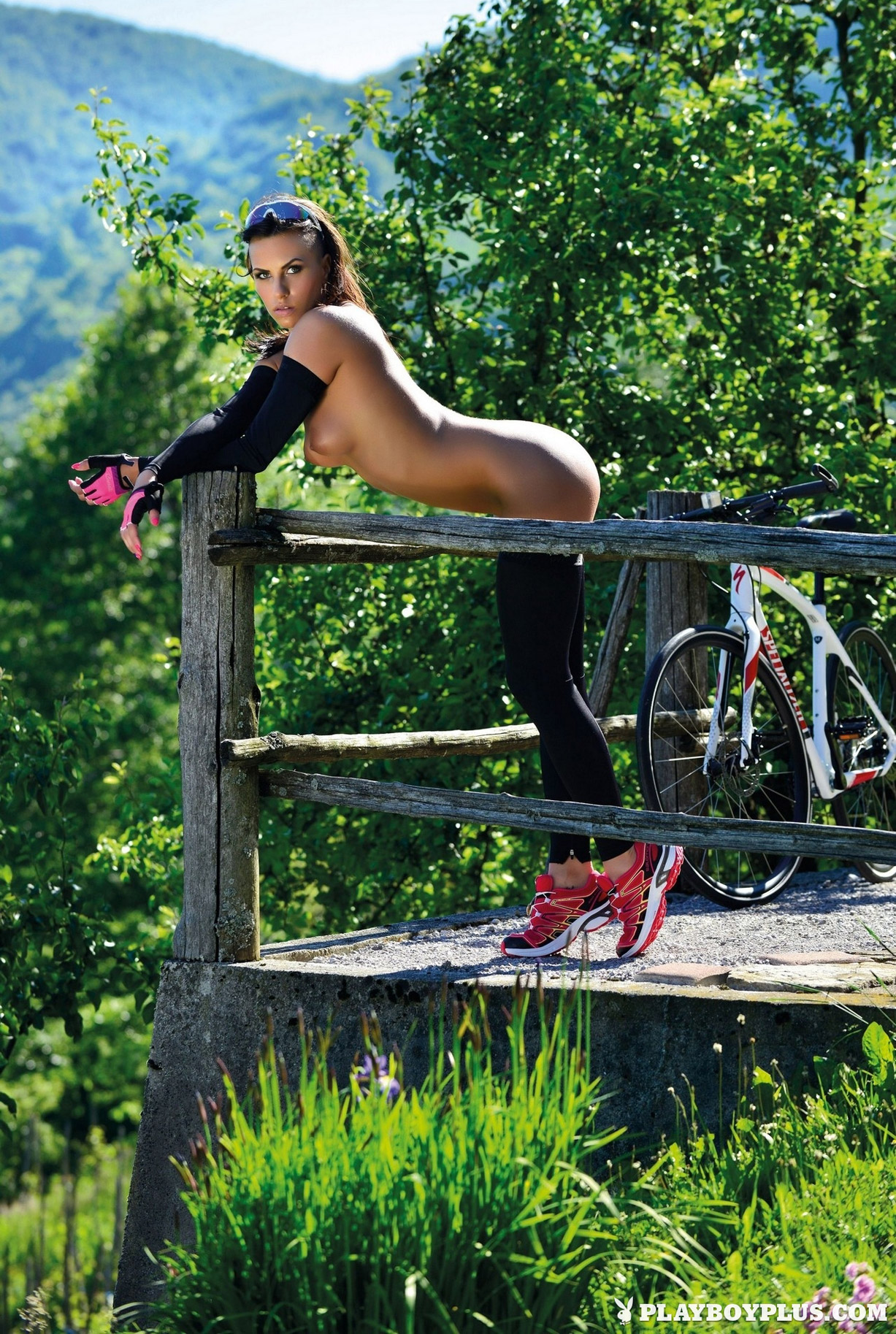 велопрогулка за городом с обнаженной красоткой Симоной Зубер / Simona Zuber nude by Vladimir Impric - Playboy Croatia june 2016