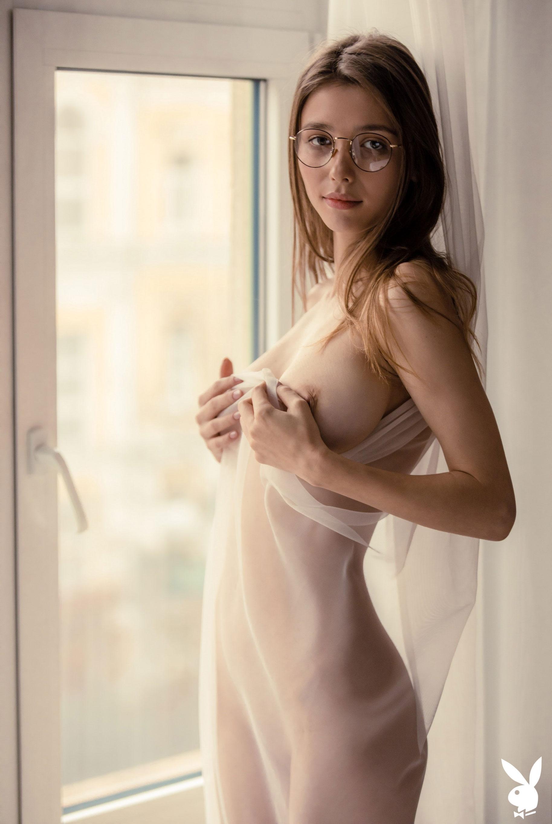 голая Мила Азул у окна своей квартиры / фото 04