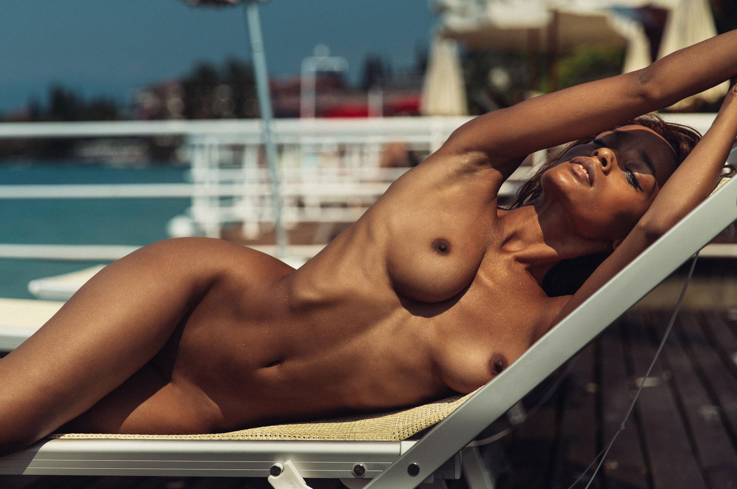 Сексуальная голая девушка загорает под итальянским солнцем / фото 02