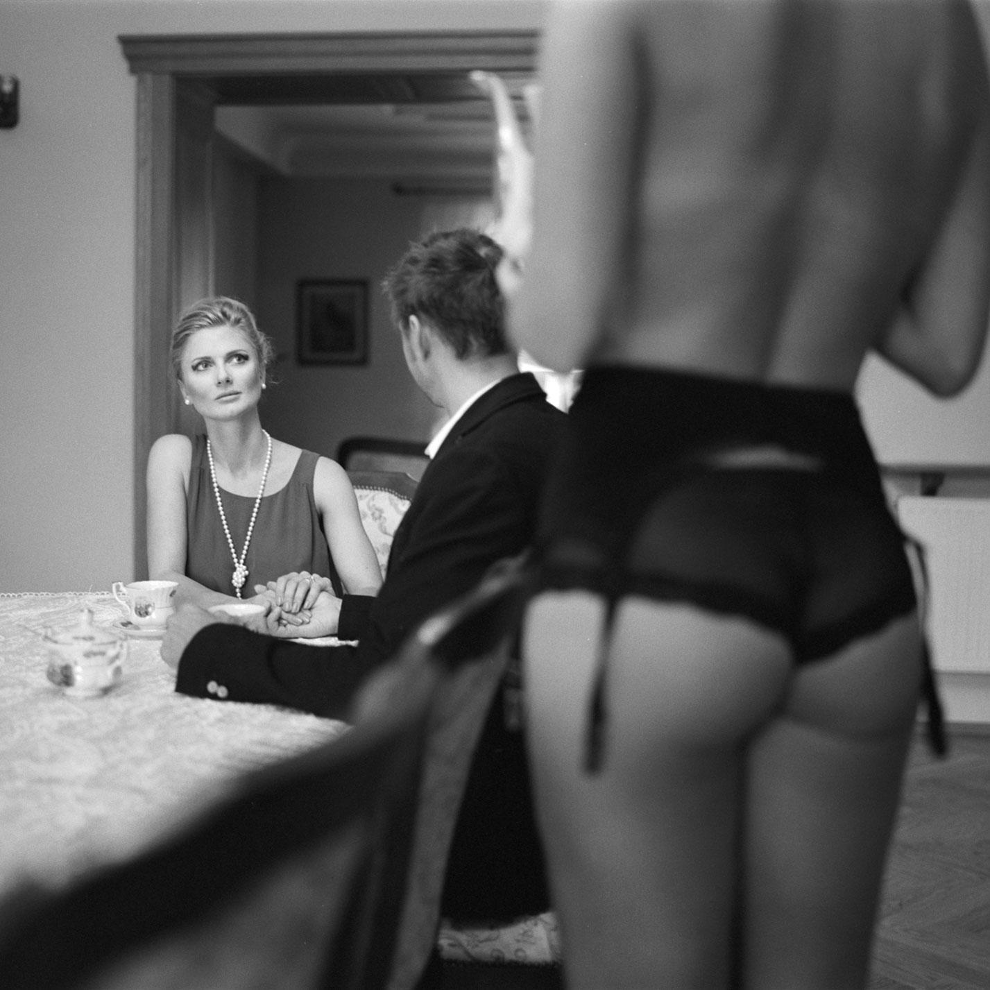 Эротичная служанка в благопристойном семействе / Maid - Magdalena, Agnieszka and Radoslaw by Norbert Sokolowski