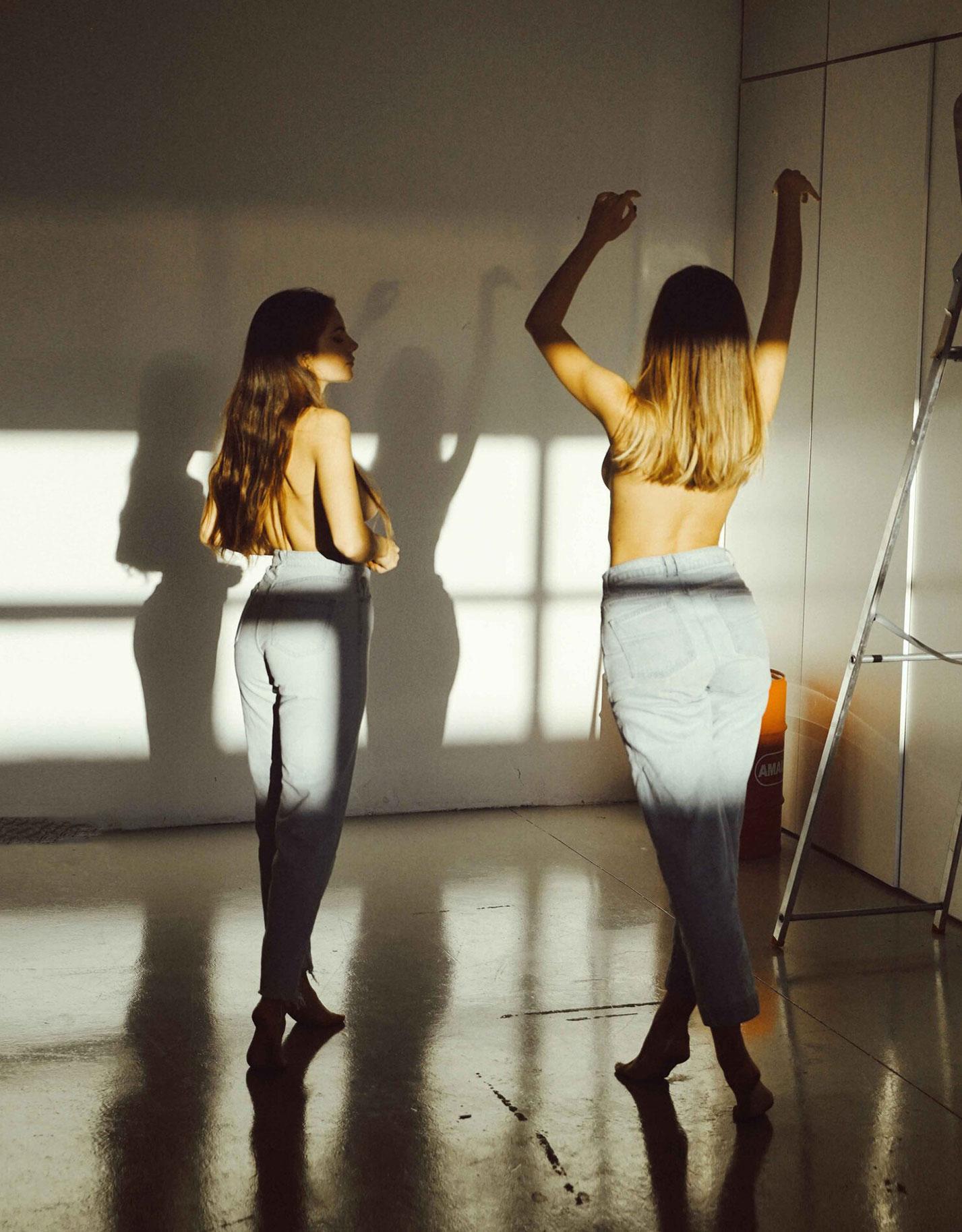 Девчонки развлекаются в гараже / фото 19
