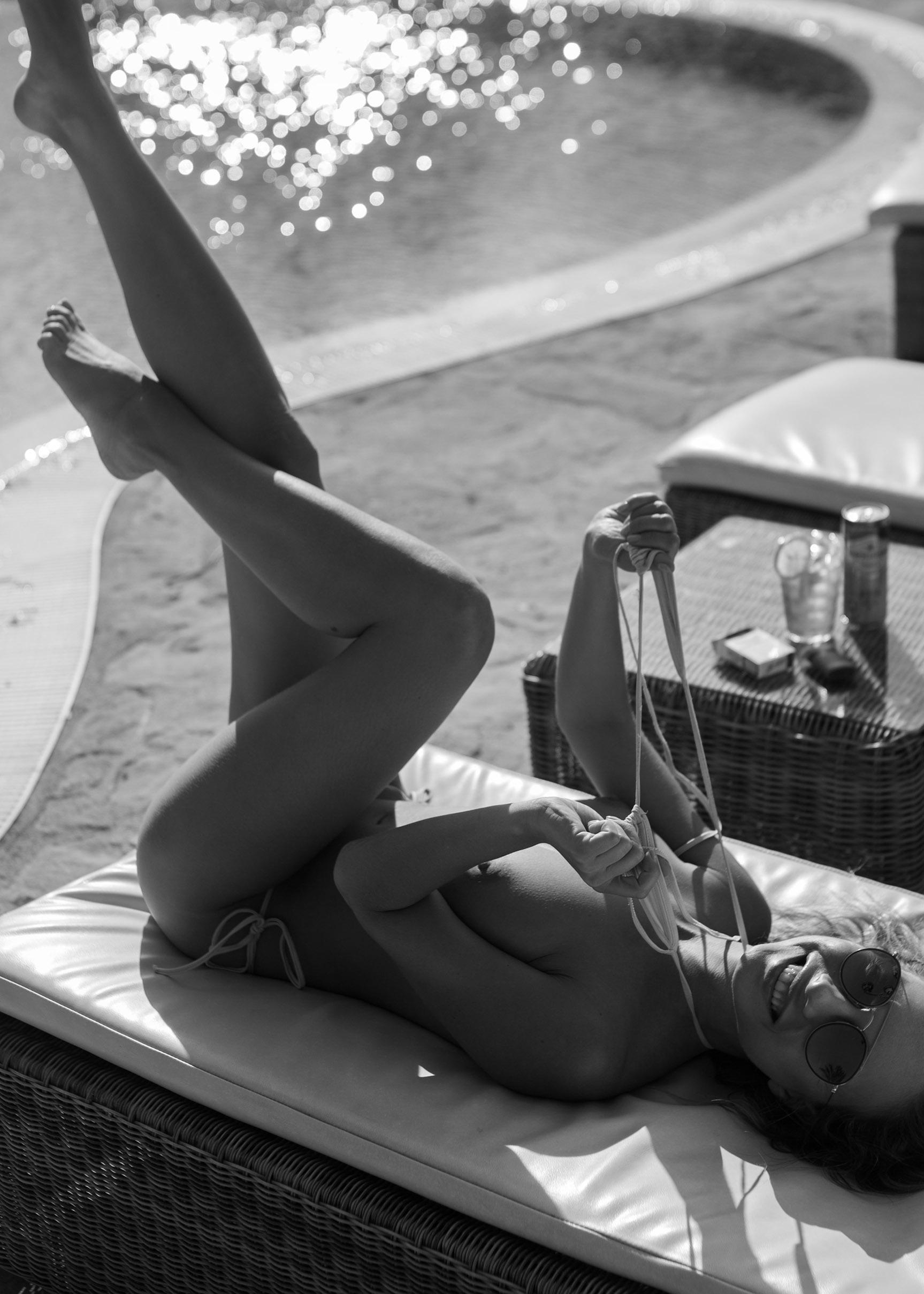 сексуальная обнаженная девушка отдыхает у бассейна / фото 08