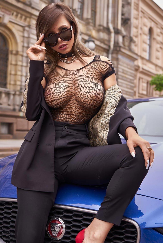 Сексуальная Любовь Калиш на шикарной машине осматривает достопримечательности / фото 03