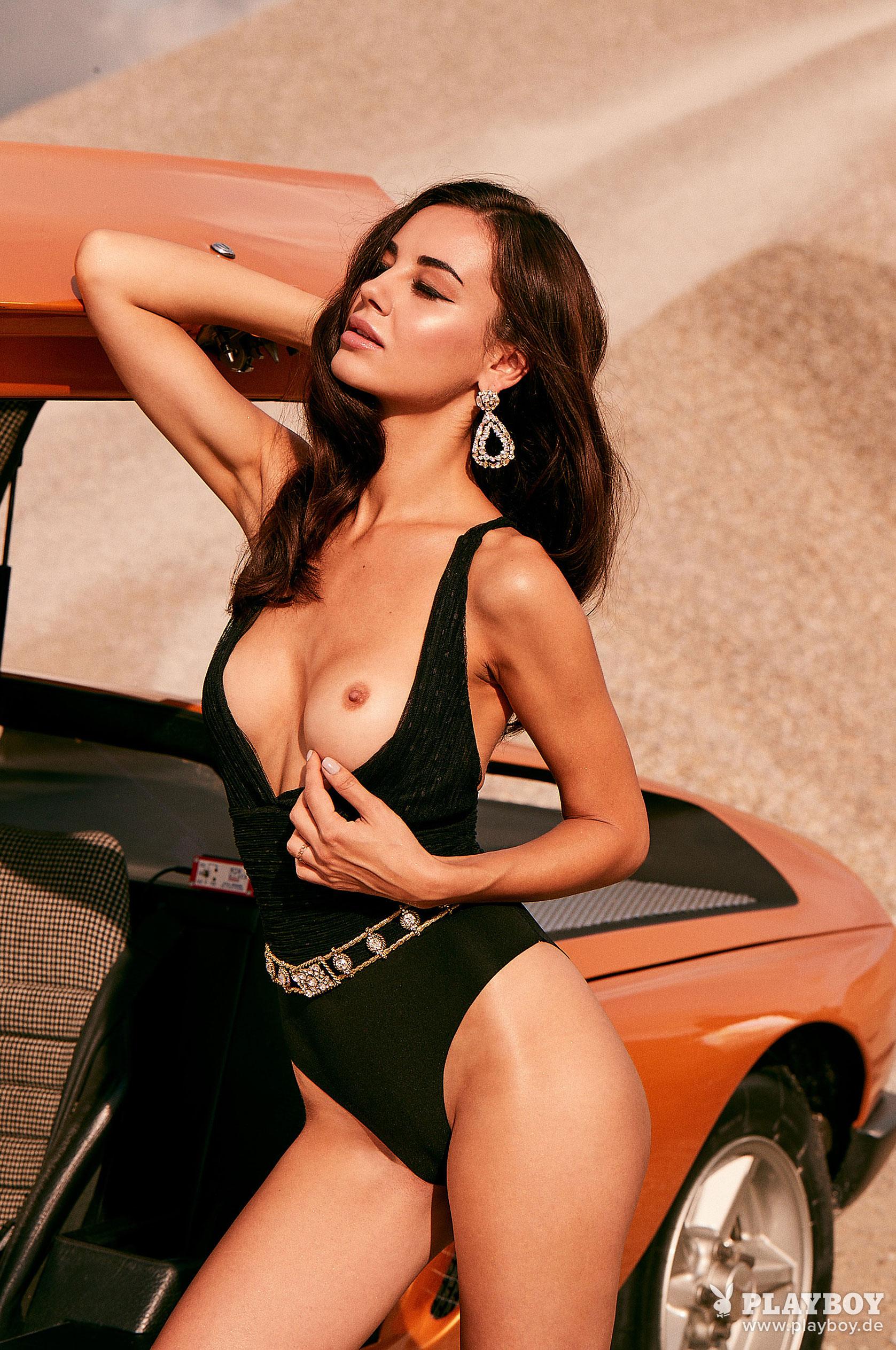 Сексуальная и голая Вероника Климович позирует вместе с легендарным Mercedes-Benz C 111 / фото 06
