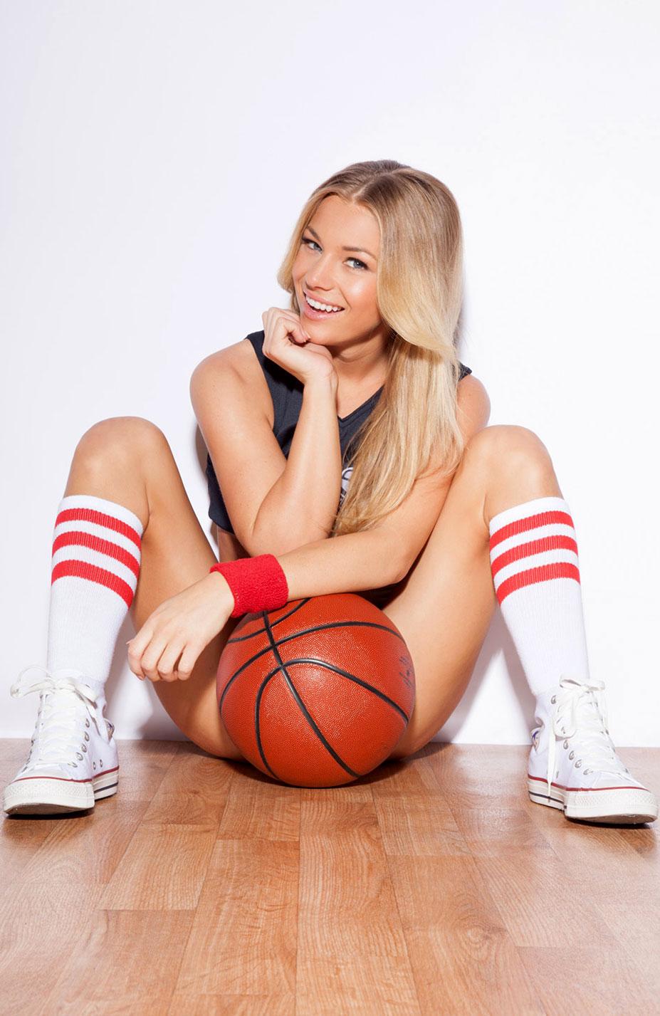 Никки Ли играет в баскетбол в форме команды Gonzaga Bulldogs / Nikki Leigh - College Basketball