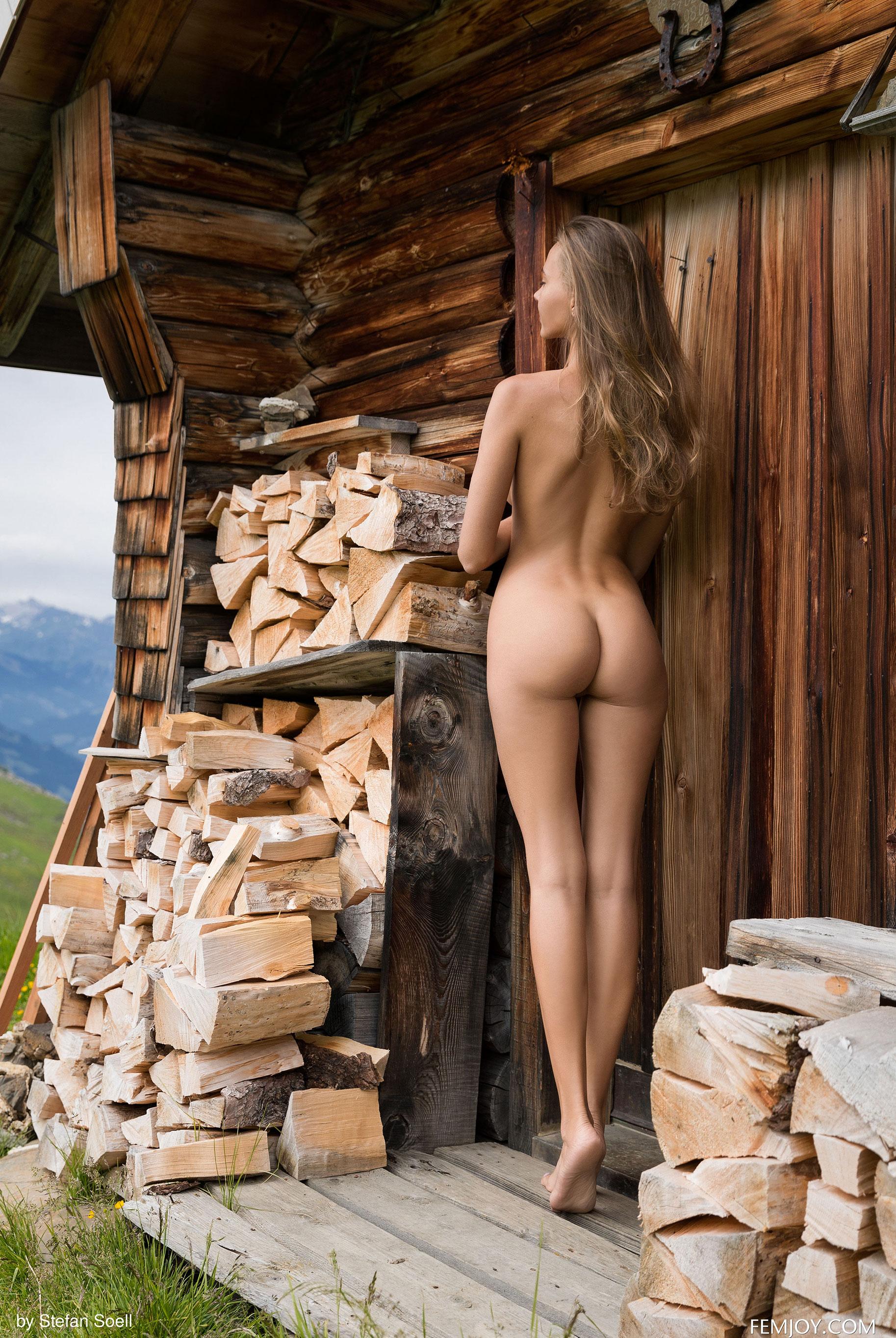 Сексуальная Катя - голая и одинокая в избушке на склоне Альпийских гор / фото 11