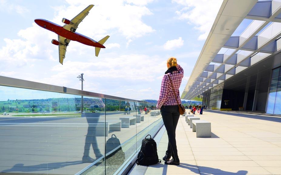 девушка в ожидании самолета