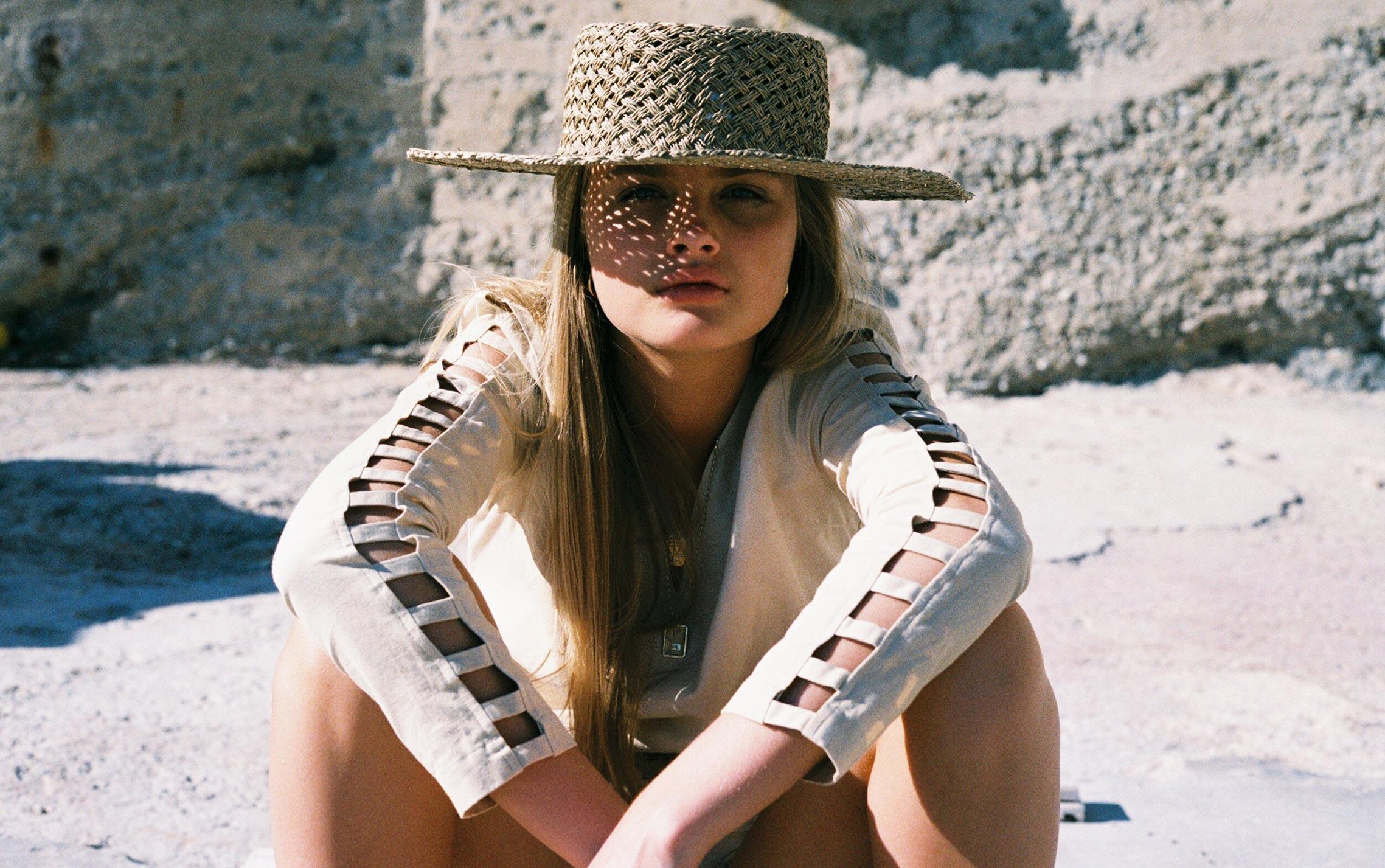 Бритни ван дер Стин в пляжной одежде модного бренда Rada Bryant, весна-лето 2020 / фото 01