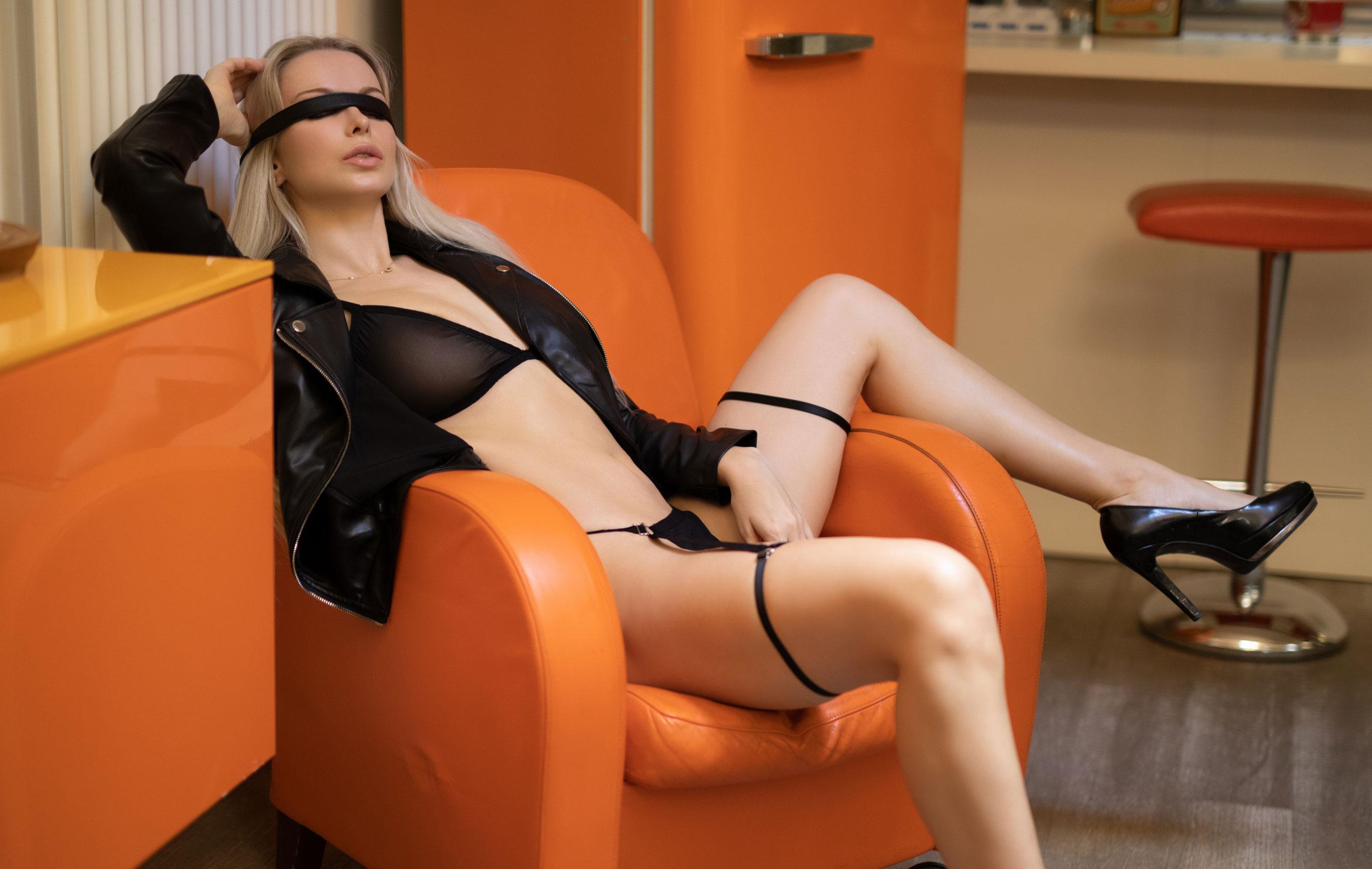 Екатерина Енокаева в черном белье и кожанке в винтажных интерьерах / фото 01
