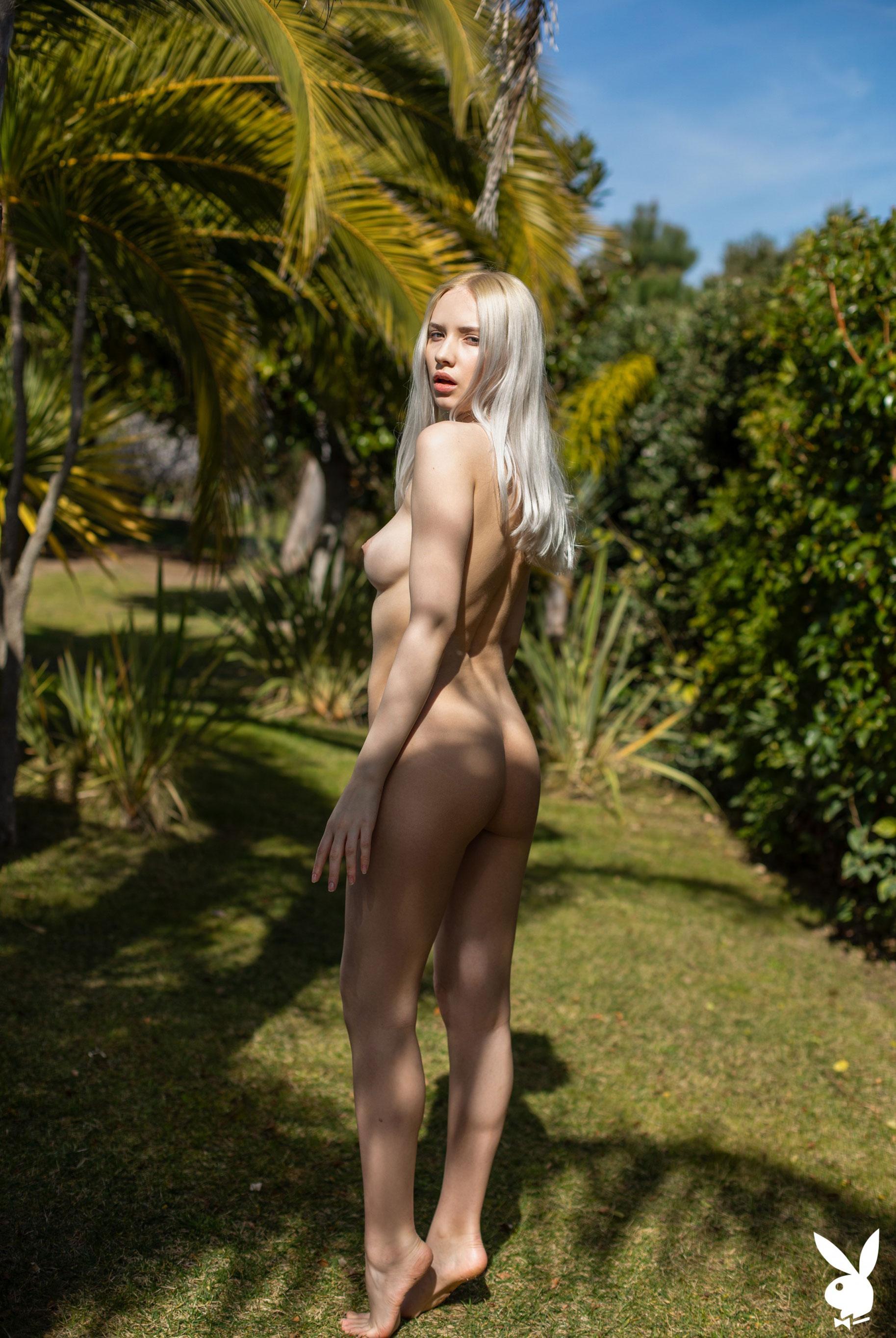 Сексуальная и голая Моника Васп в окружении тропических растений / фото 23