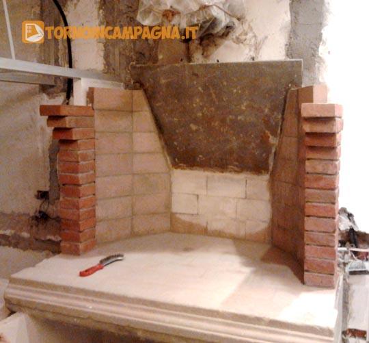 Muretti laterali e finitura in mattoni fatti a mano