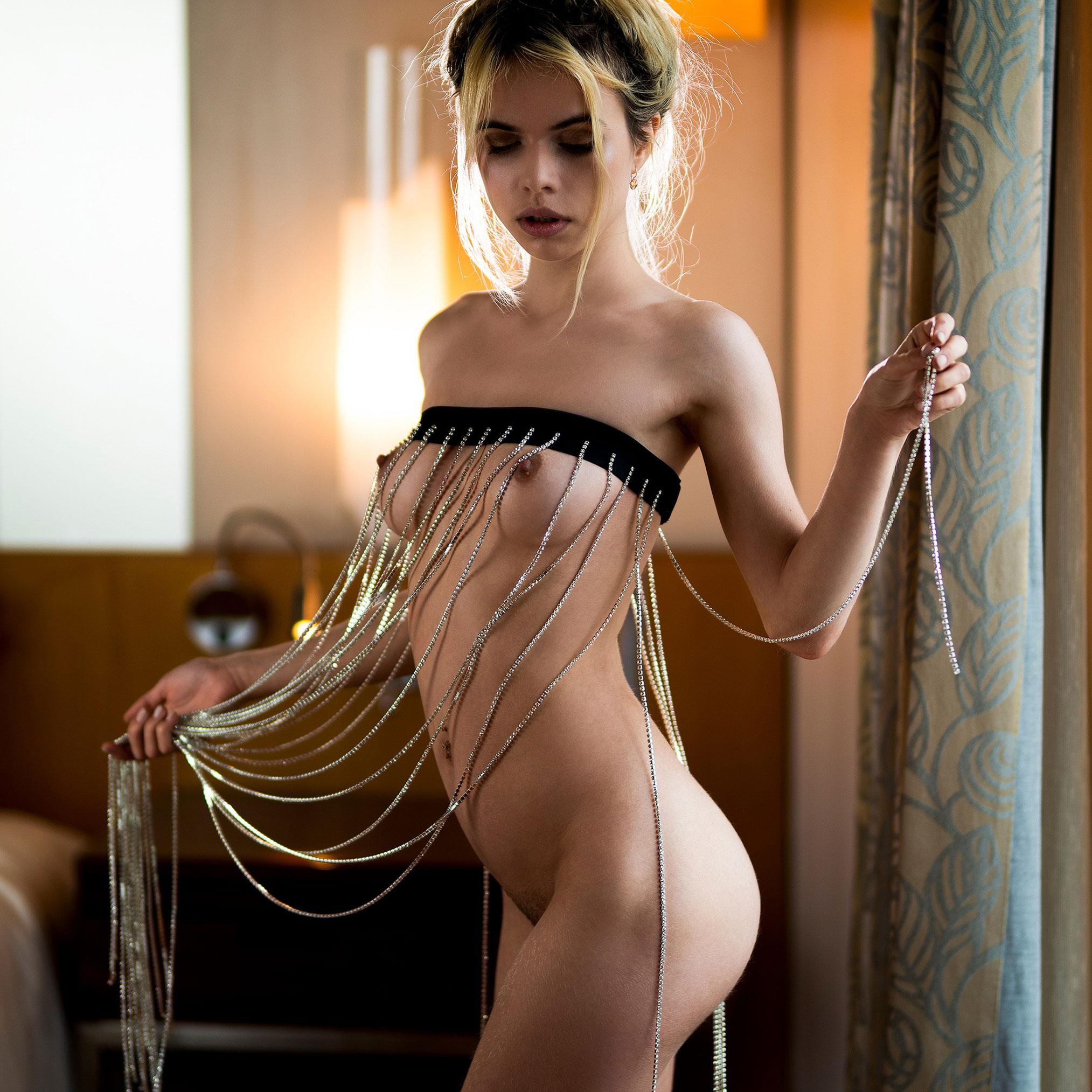 Нестандартное ожерелье на голой Александре Смеловой / фото 02