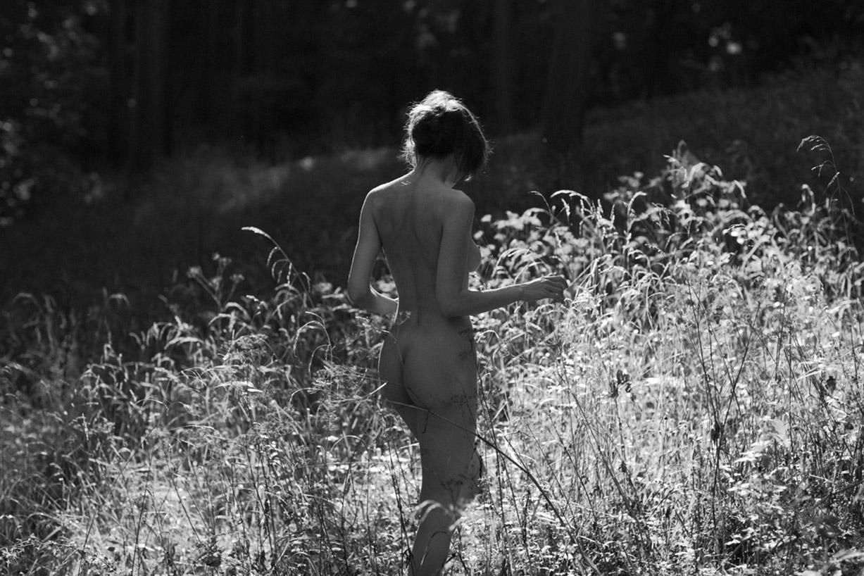 голая пражская модель Викенция во фруктовом саду / Vikencia from Prague nude by Ryan Pike - Yume Magazine