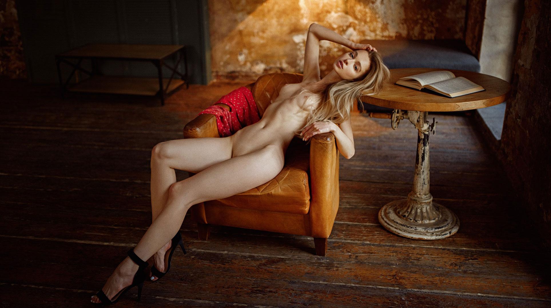 голая Анна Царалунга в уютной домашней обстановке / фото 07