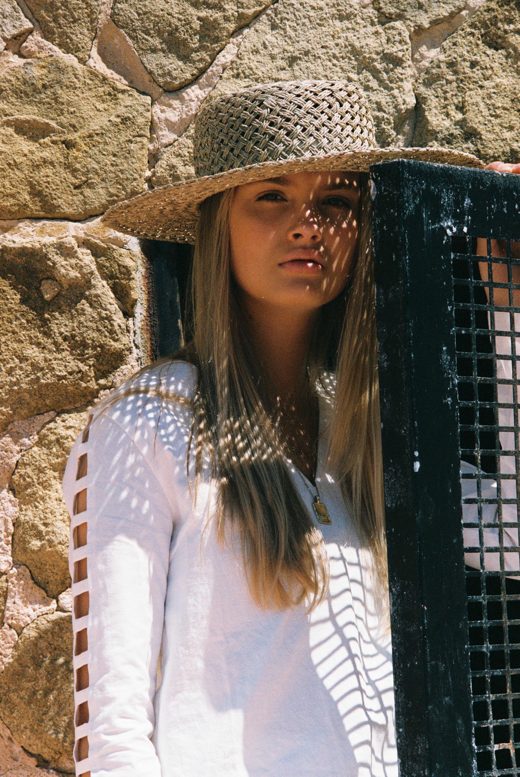 Бритни ван дер Стин в пляжной одежде модного бренда Rada Bryant, весна-лето 2020 / фото 06