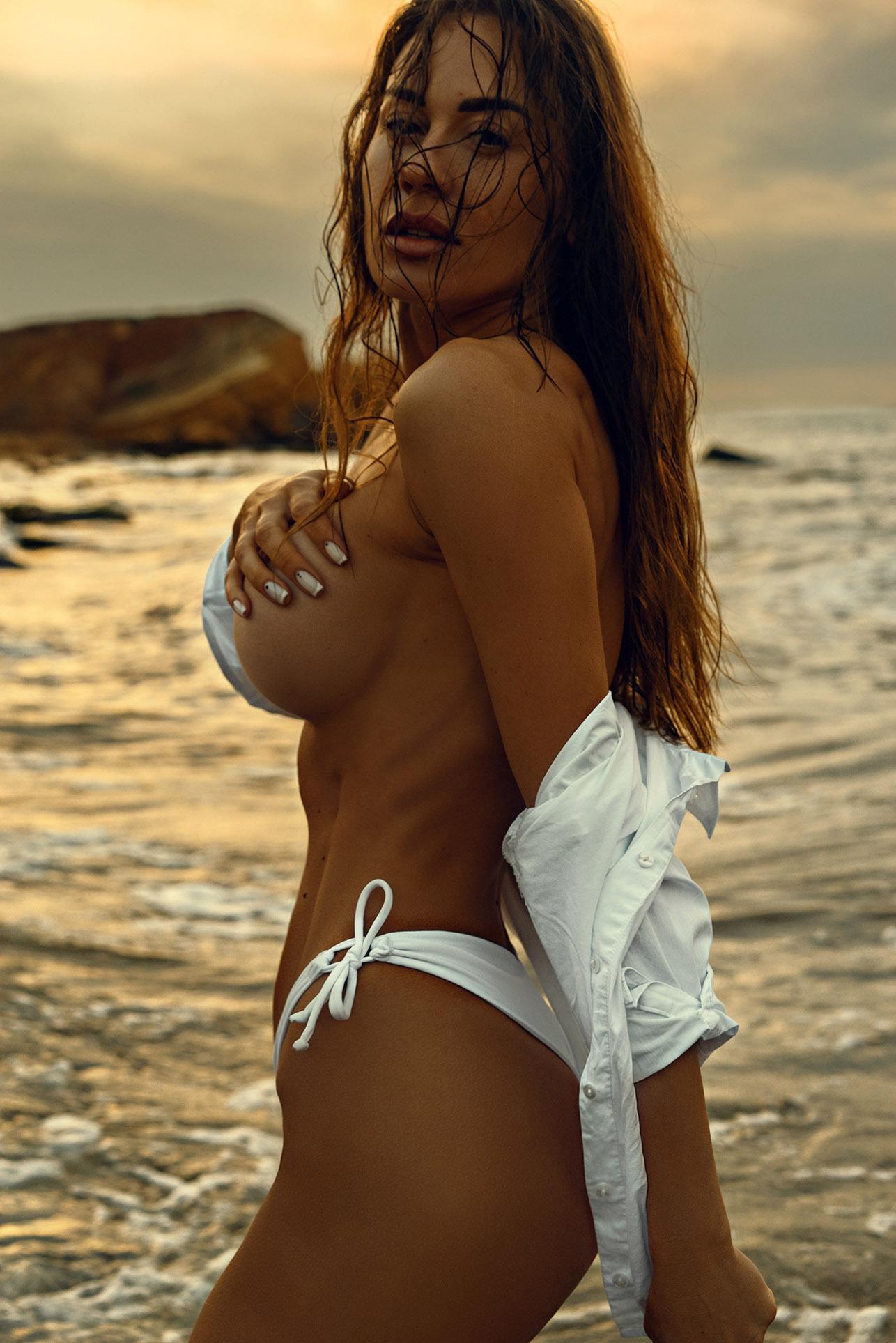 Утро на пляже с сексуальной полуголой красавицей / фото 15