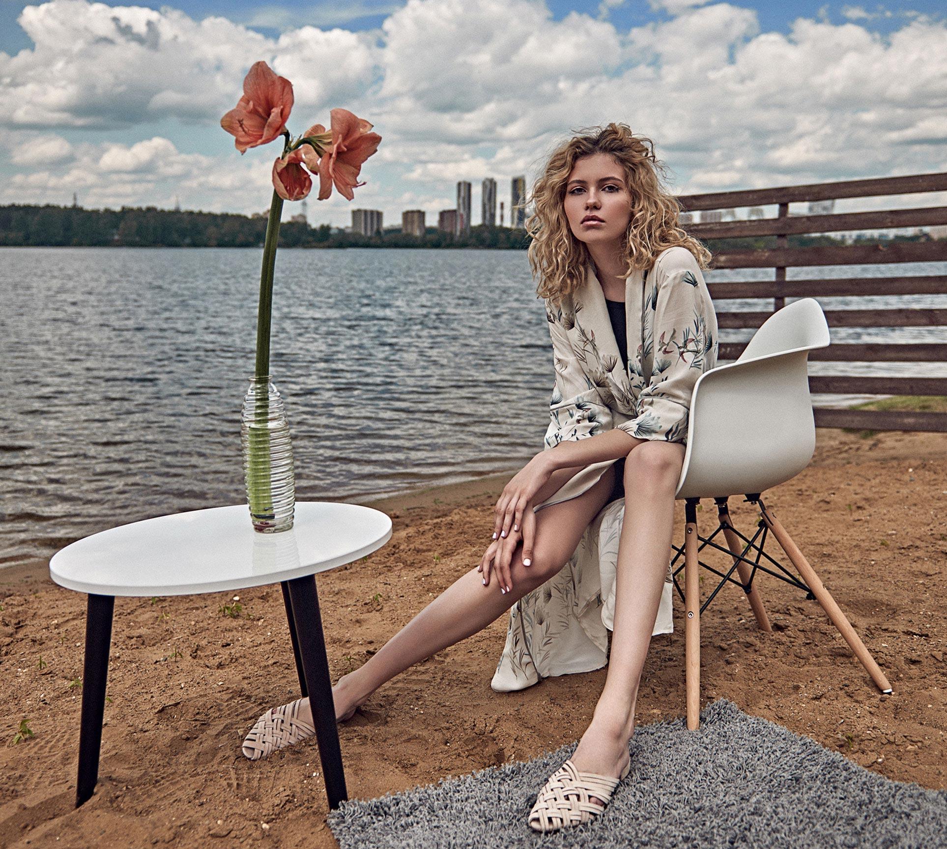 модель Алена Сальникова демонстрирует модную одежду / фото 01